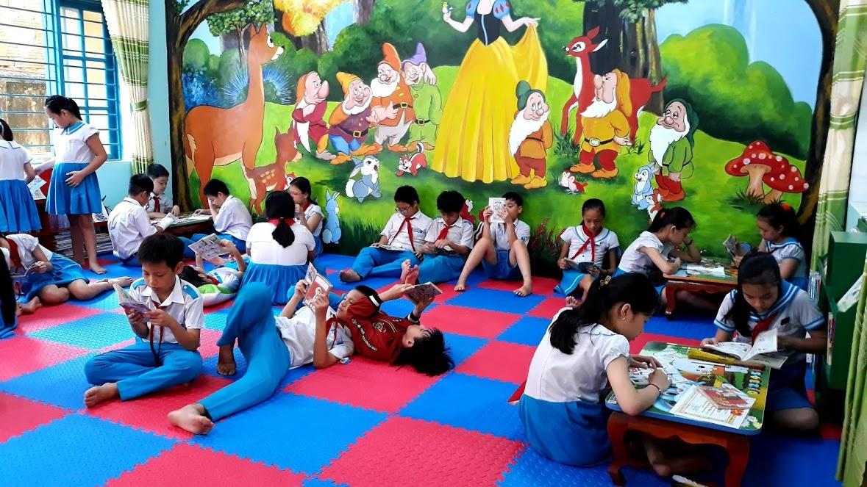 Học sinh Trường Tiểu học Trần Quốc Toản (Tam Kỳ) đọc sách tại thư viện trường. Ảnh: C.N