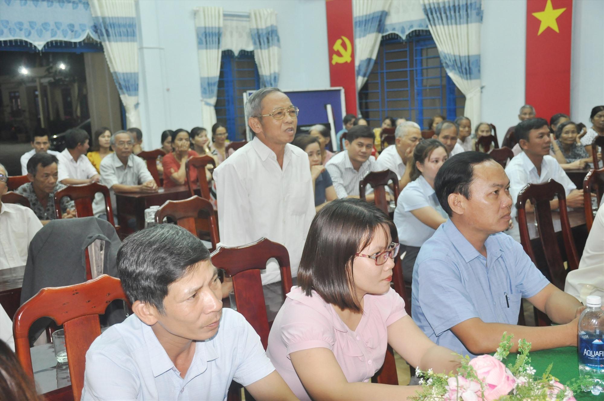Cử tri thôn Tân Thuận (xã Hiệp Thuận, Hiệp Đức) cho ý kiến nhận xét và tín nhiệm đối với người ứng cử đại biểu Quốc hội và đại biểu HĐND các cấp. Ảnh: N.Đ