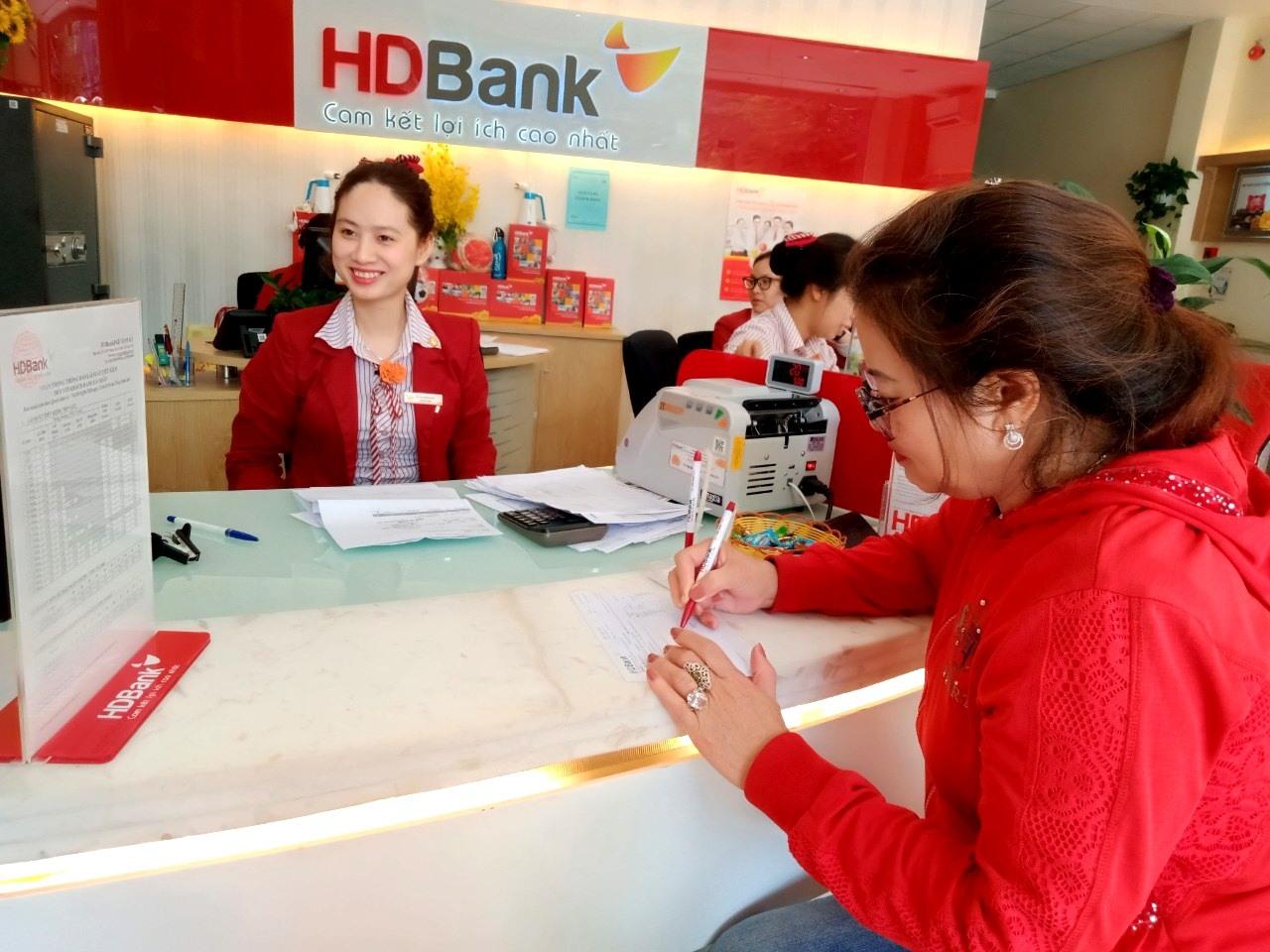 Khách hàng vay vốn ở Phòng giao dịch Ngân hàng HDBank chi nhánh Quảng Nam tại TP.Tam Kỳ. Ảnh: VIỆT NGUYỄN