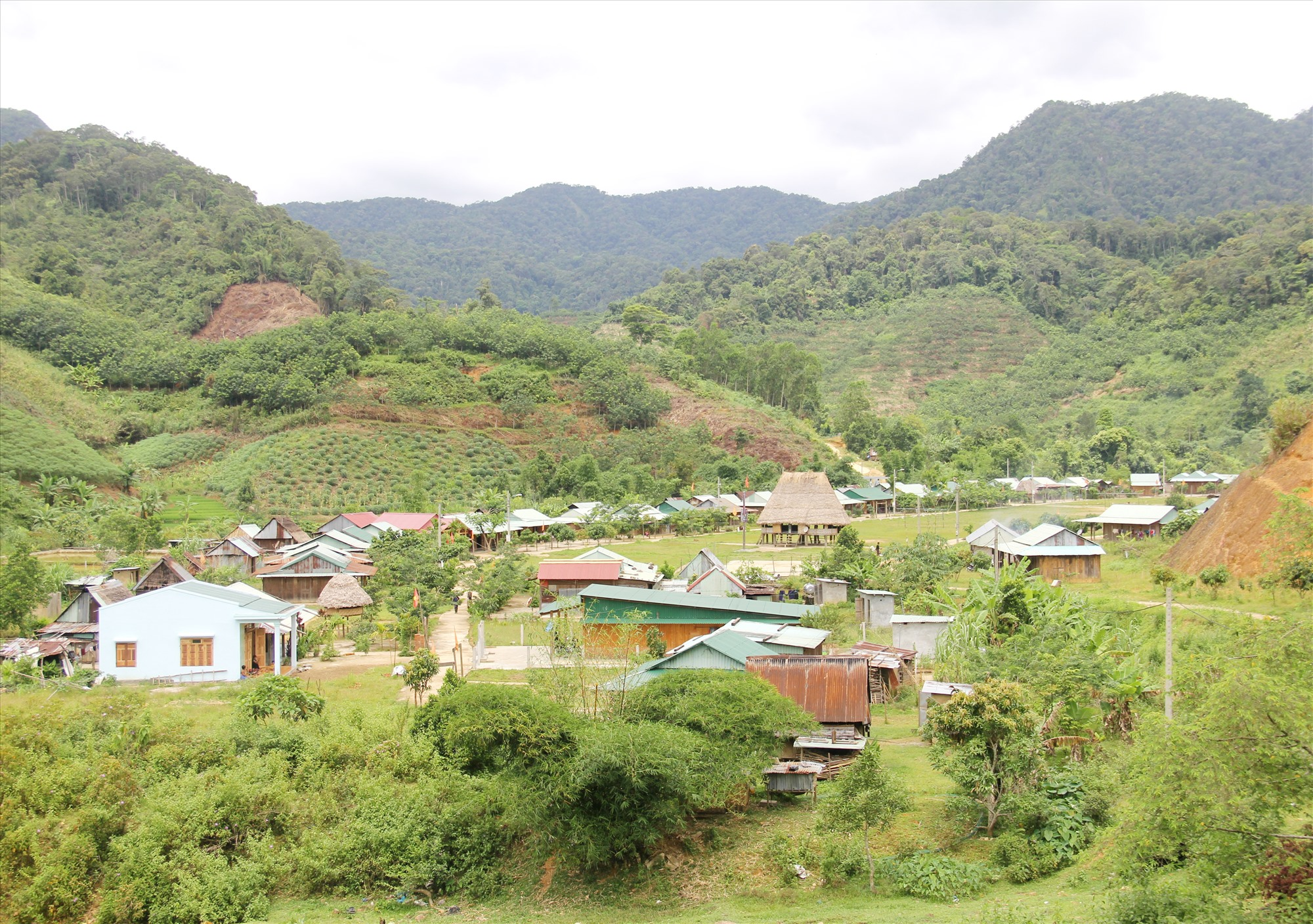 Tỷ lệ hộ nghèo khu vực miền núi, vùng dân tộc thiểu số của tỉnh còn cao. Ảnh: ALĂNG NGƯỚC