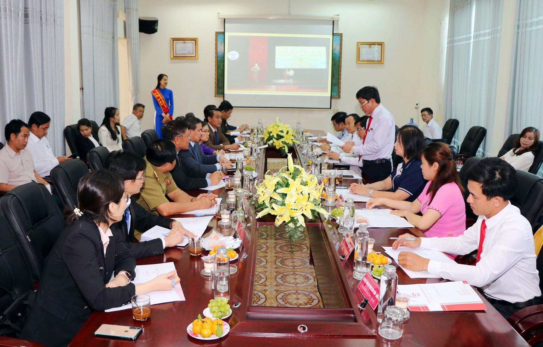PGS.TS. Huỳnh Trọng Dương – Hiệu trưởng Trường Đại học Quảng Nam báo cáo tình hình đào tạo cho cán bộ, lưu học sinh Lào tại Quảng Nam. Ảnh: CHÂU HÙNG