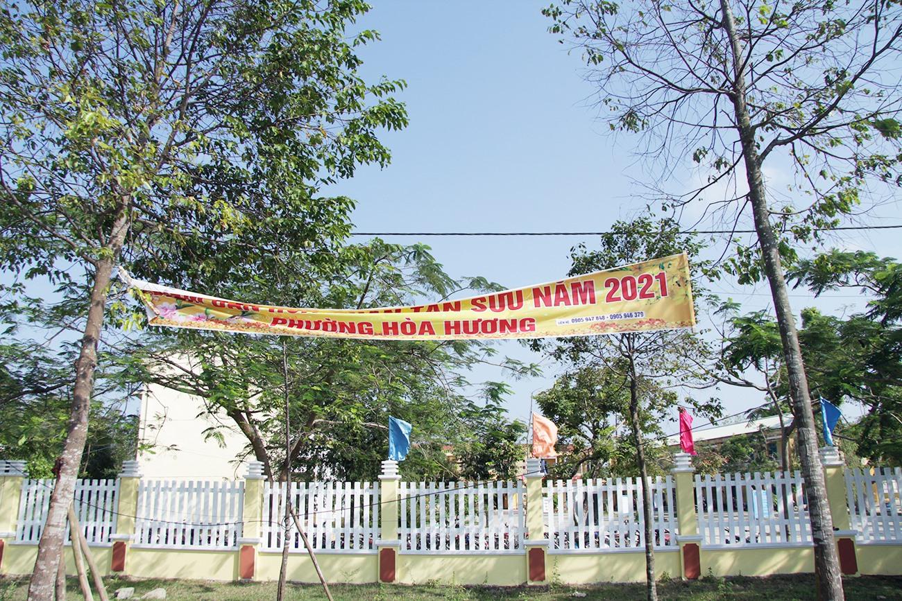 Băng rôn bán hoa tết đến nay vẫn còn tại đường Thanh Hóa.
