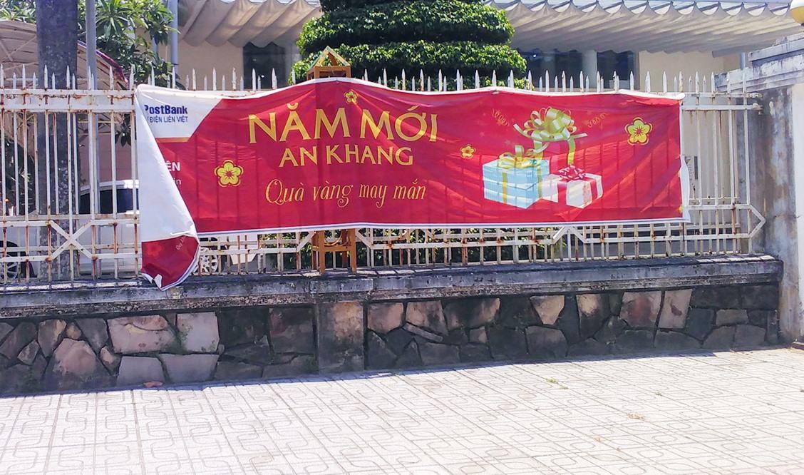 … quảng cáo quà vàng dịp năm mới đường Phan Bội Châu.