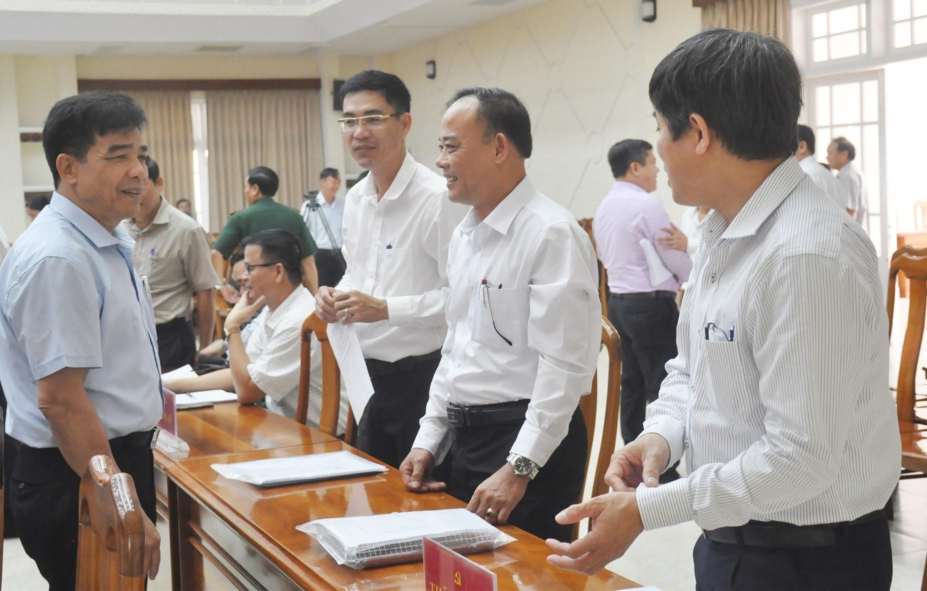 Phó Bí thư Thường trực Tỉnh ủy Lê Văn Dũng trao đổi với các đại biểu trước thềm khai mạc Hội nghị Tỉnh ủy lần thứ 3 (khóa XXII). Ảnh: N.Đ