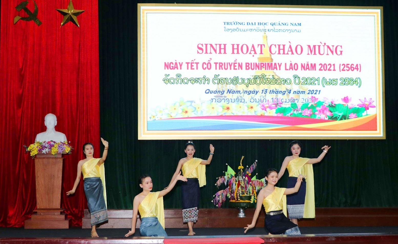 Điệu múa truyền thống của dân tộc Lào được biểu diễn tại lễ hội. Ảnh: CHÂU HÙNG