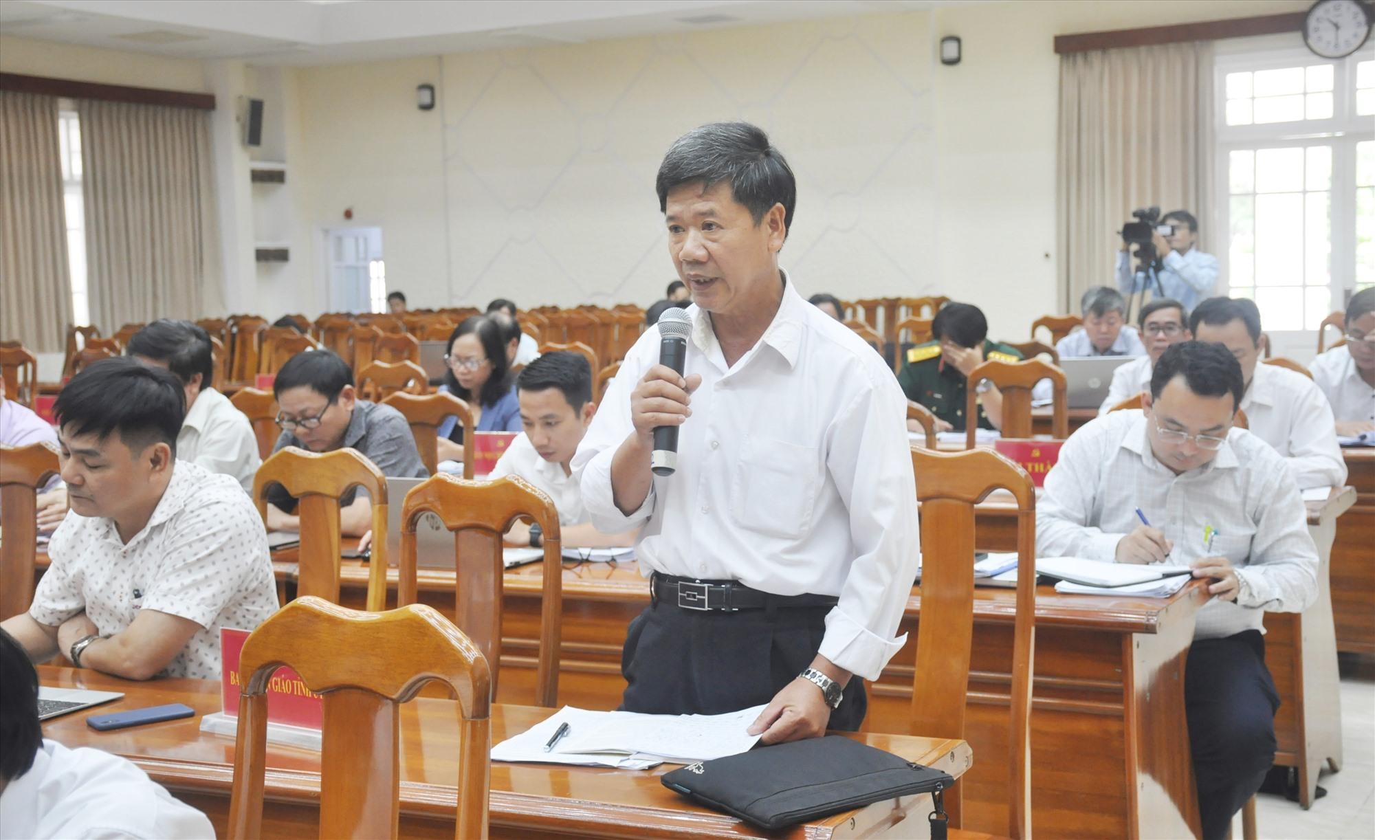 Đại biểu Nguyễn Kim Sơn - Phó Bí thư Thường trực Huyện ủy Bắc Trà My thảo luận, góp ý về công tác phát triển đảng viên giai đoạn mới. Ảnh: N.Đ