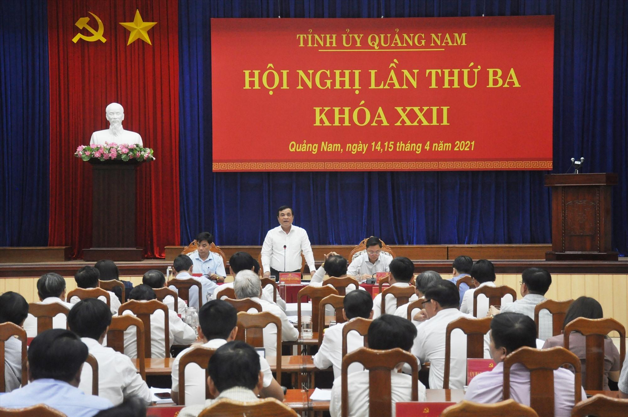 Bí thư Tỉnh ủy Phan Việt Cường định hướng thảo luận tại tổ đối với các nội dung được trình tại Hội nghị Tỉnh ủy lần thứ 3. Ảnh: N.Đ