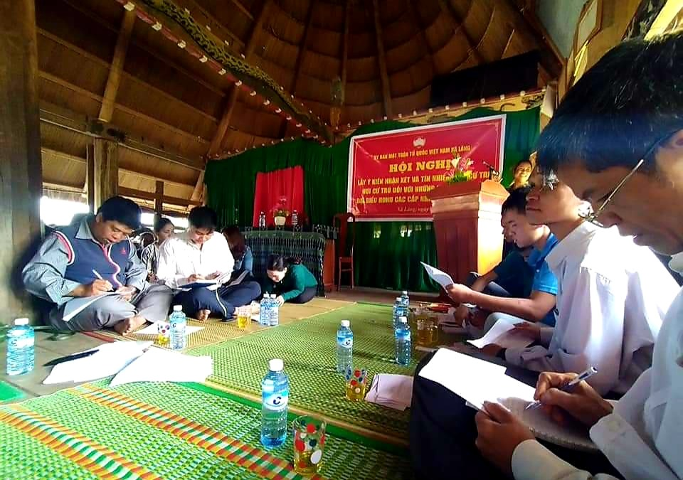 Cử tri thôn Pơr'ning (xã Lăng, Tây Giang) biểu quyết danh sách những người ứng cử bằng hình thức bỏ phiếu kín. Ảnh: Đ.N