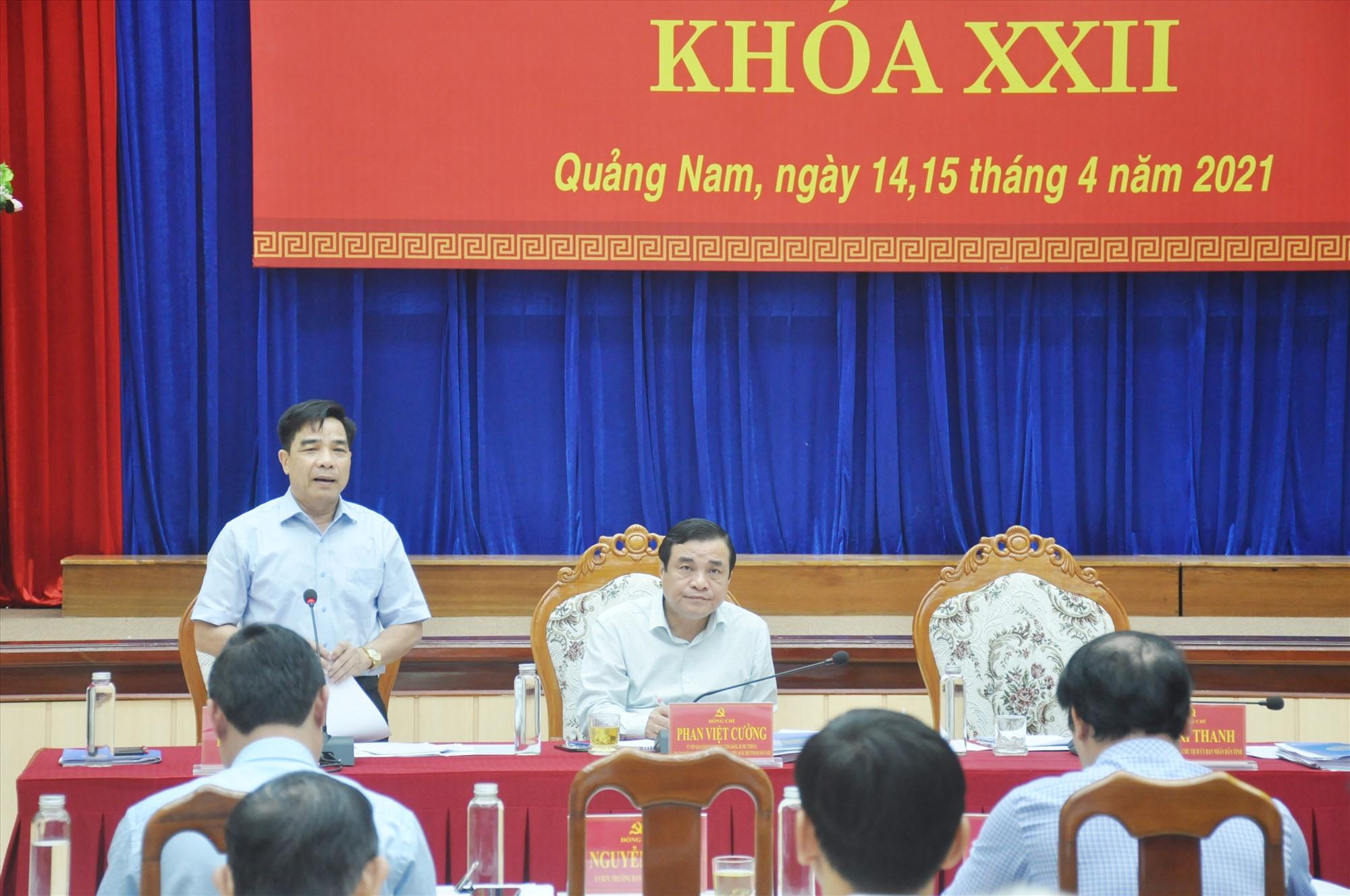 Phó Bí thư thường trực Tỉnh ủy Lê Văn Dũng điều hành thảo luận chung tại hội trường sáng nay 15.4. Ảnh: N.Đ