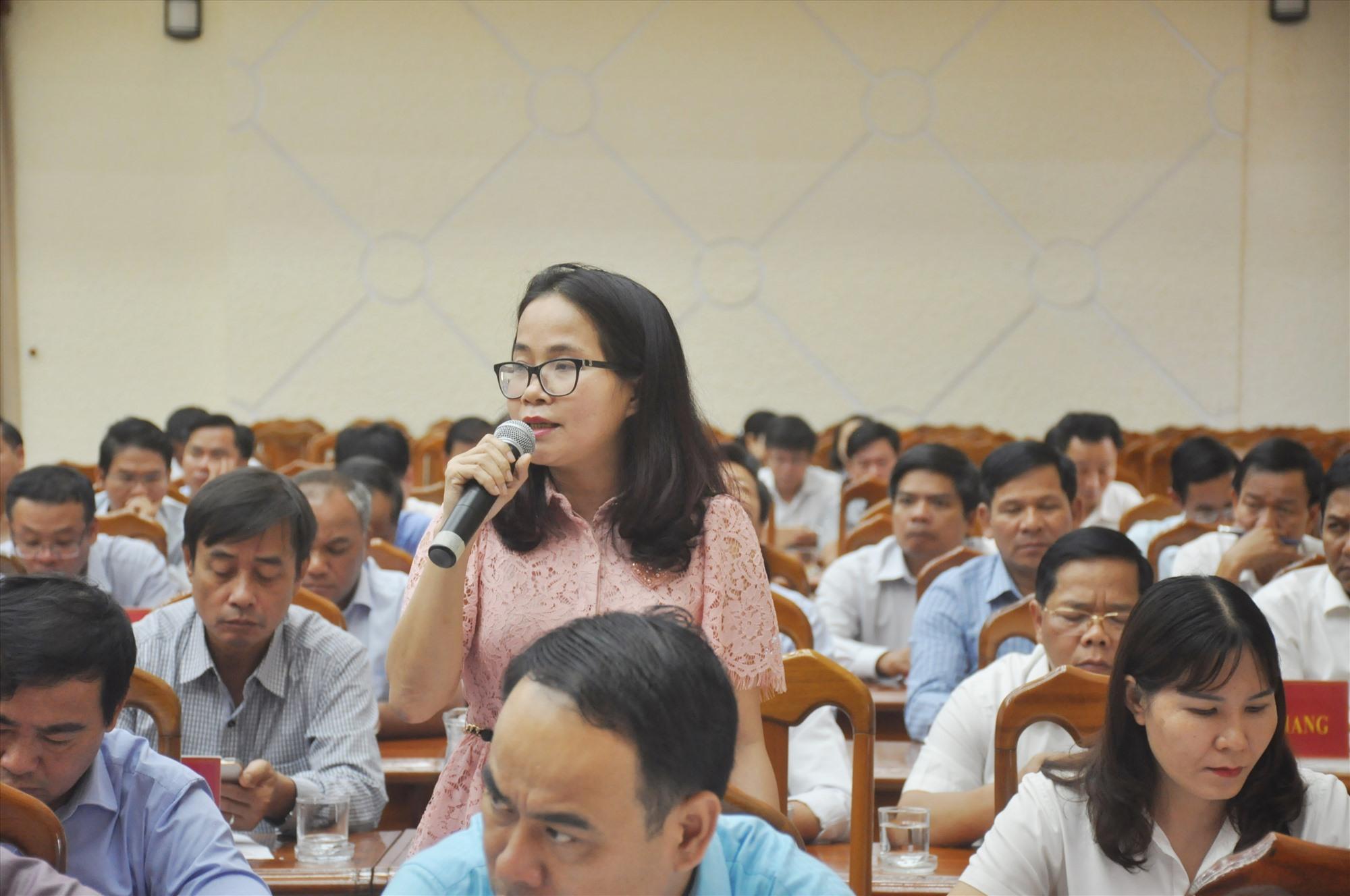 Đại biểu thảo luận, góp ý vào các nội dung được trình tại Hội nghị Tỉnh ủy lần thứ ba sáng qua 15.4. Ảnh: N.Đ