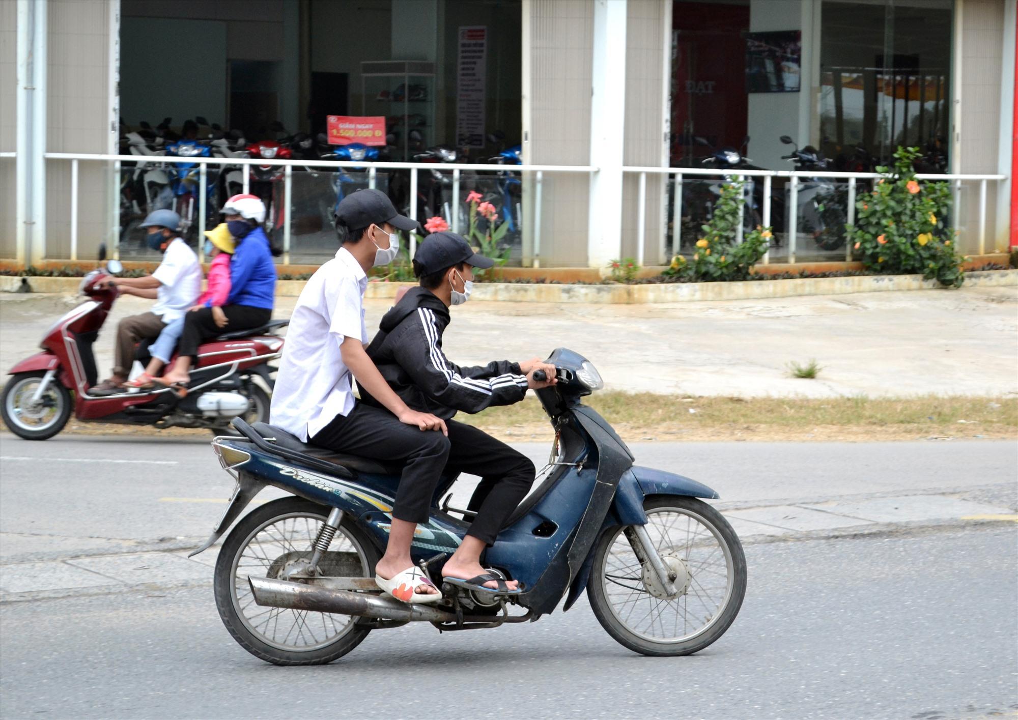 Học sinh chưa đủ tuổi vi phạm điều khiển xe máy, không đội mũ bảo hiểm diễn ra tràn lan. Ảnh: T.C.T