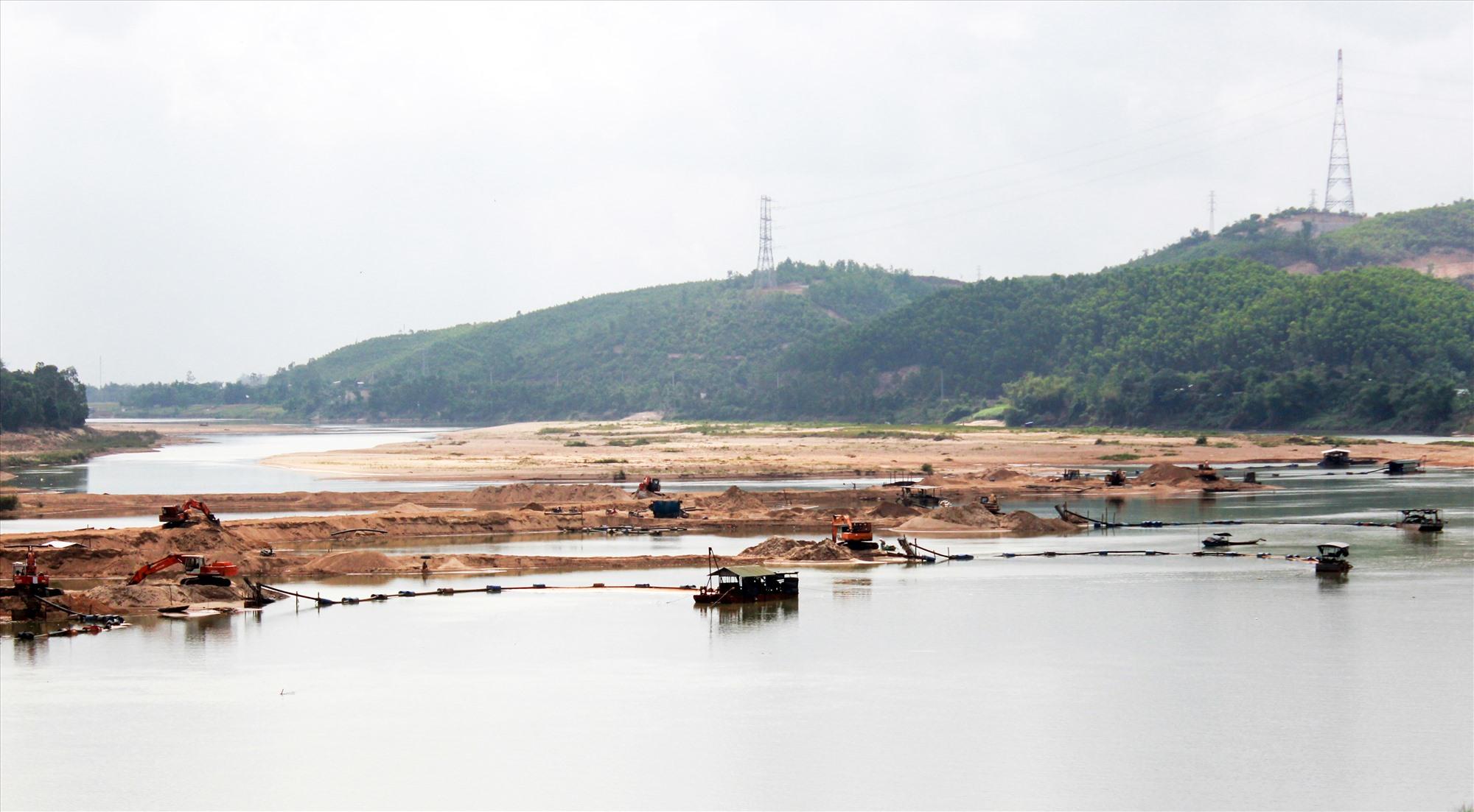 Cơ quan chức năng đang tăng cường các biện pháp lập lại trật tự tại các mỏ cát dọc sông Vu Gia. Ảnh: T.C