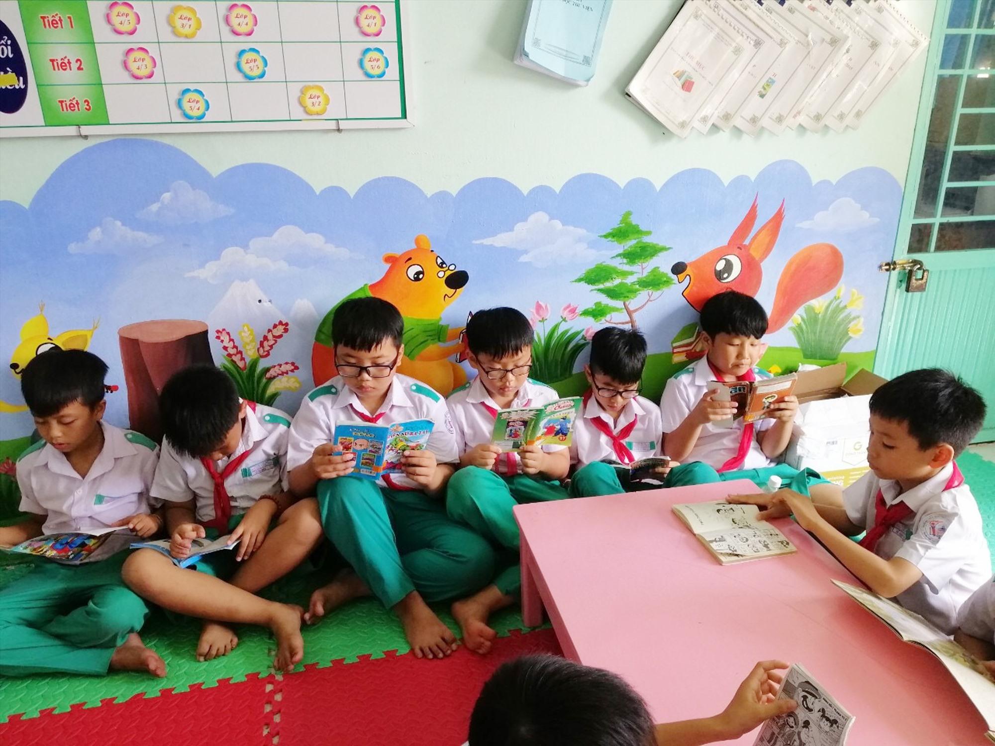 Học sinh thích thú với Tiết đọc tại Thư viện thân thiện ở trường Tiểu học Nguyễn Văn Trỗi.