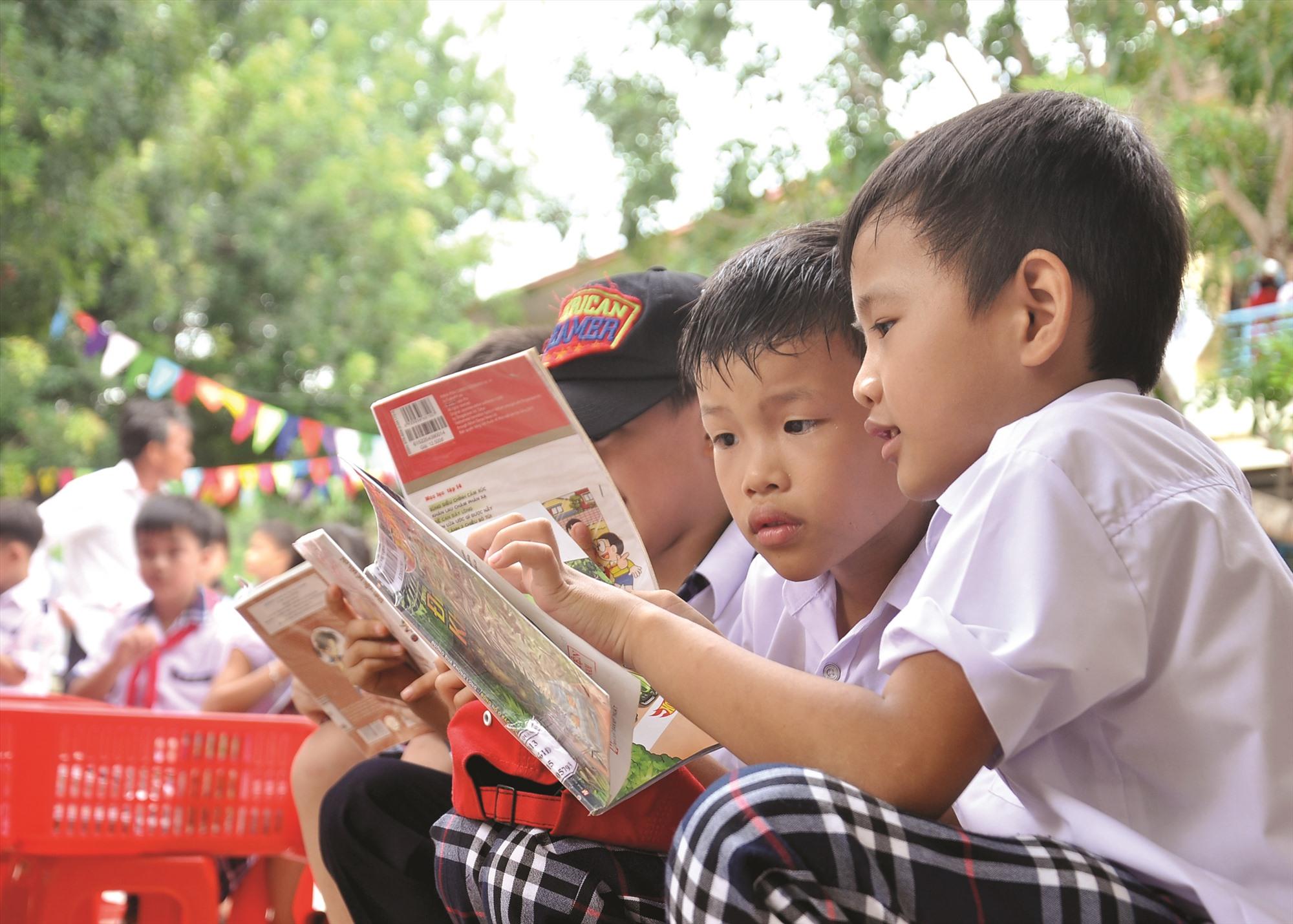Học sinh thích thú với việc đọc sách.