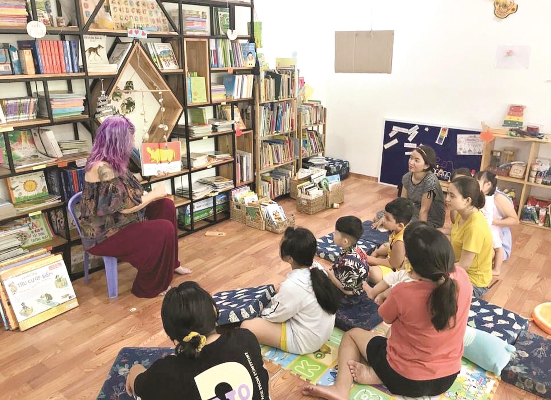Một giờ đọc sách cùng tình nguyện viên nước ngoài tại An's book Garden. Ảnh: NVCC