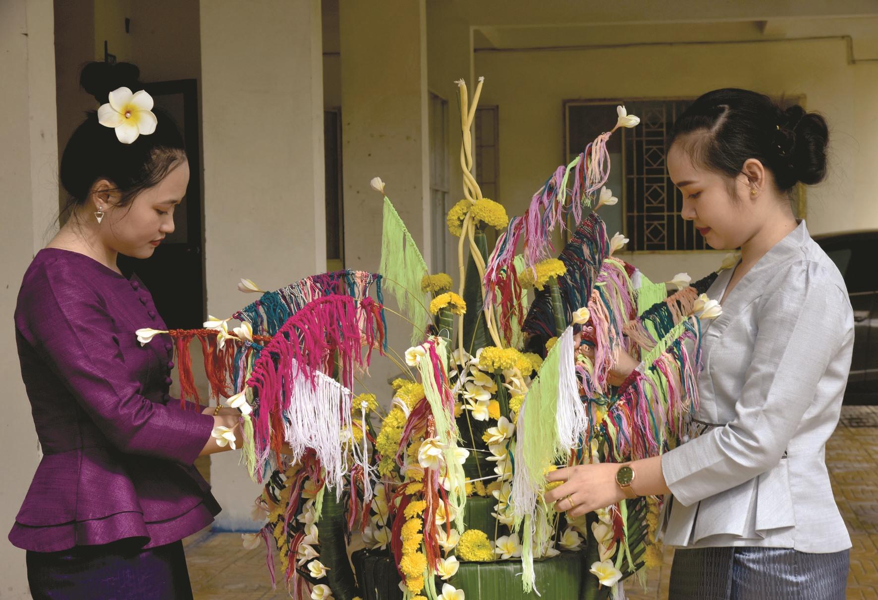 Trang trí cây hoa để đón Tết Bunpimay.