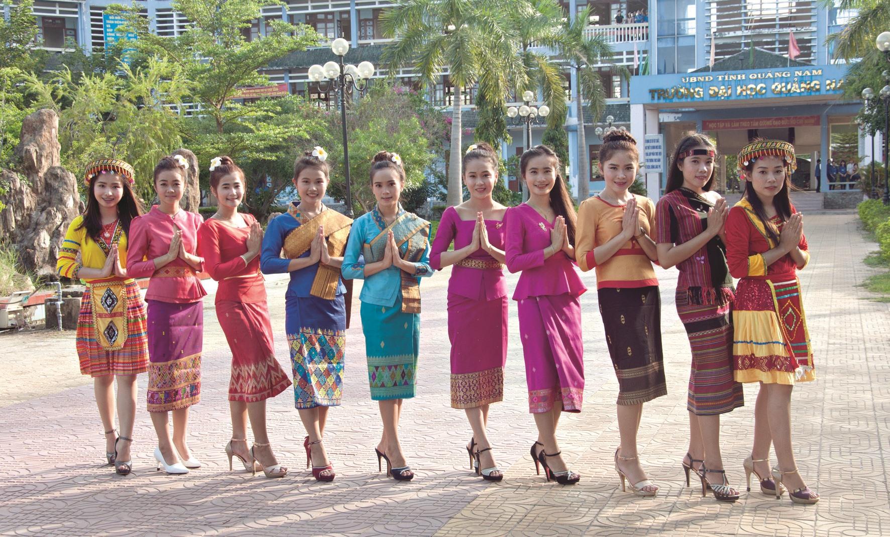 Lưu học sinh các bộ tộc Lào trong trang phục truyền thống.
