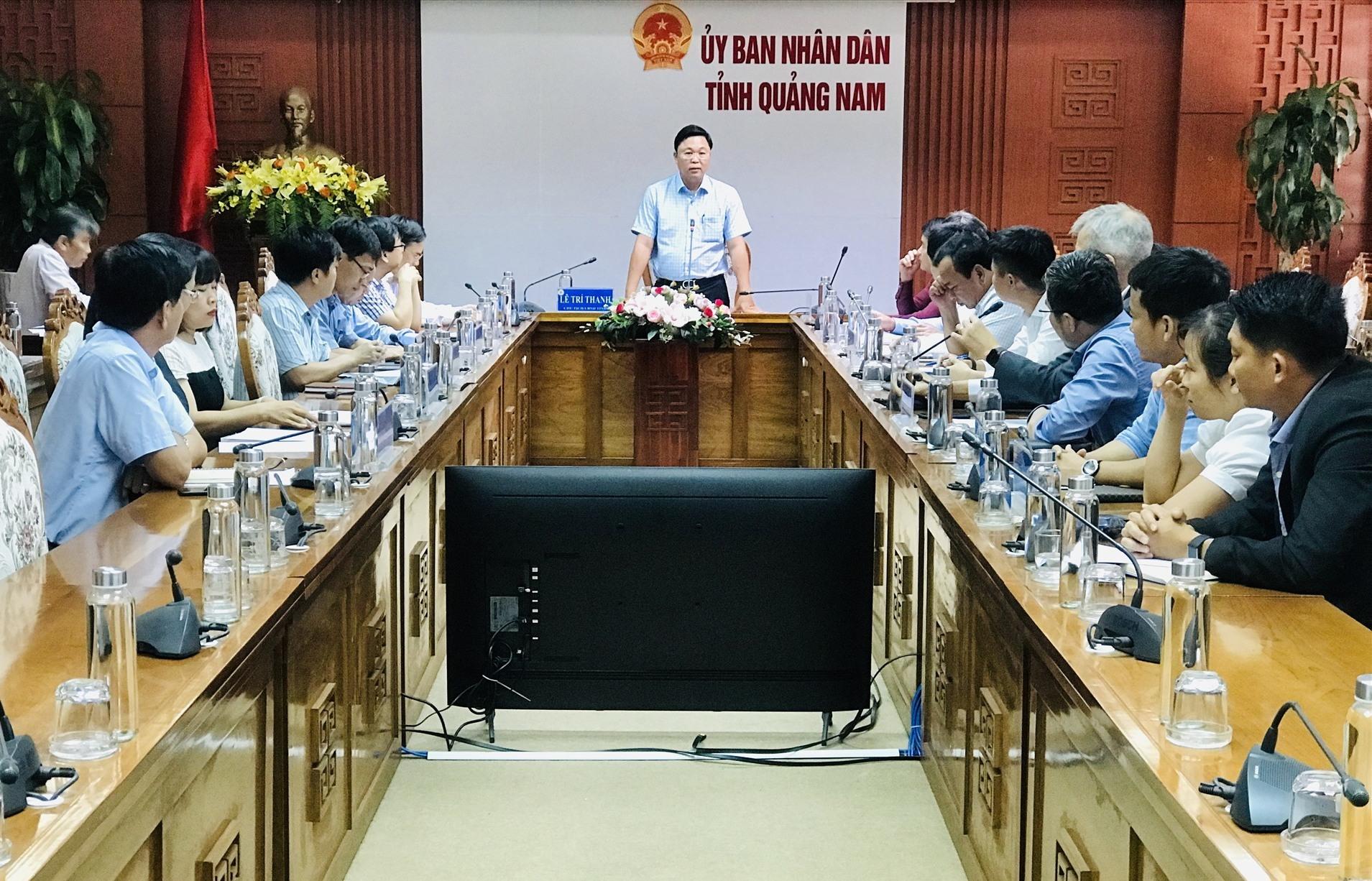 Chủ tịch UBND tỉnh Lê Trí Thanh yêu cầu các đơn vị liên quan phải chuẩn bị thật tốt để đăng ký thí điểm đón các chuyến bay charter đến Quảng Nam. Ảnh: Q.T