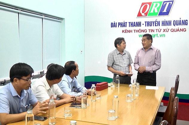 Ông Mai Văn Tư (trái) - Giám đốc, Tổng Biên tập Đài PT-TH Quảng Nam trò chuyện cùng NSƯT Trần Vịnh trong buổi trao tặng phim.