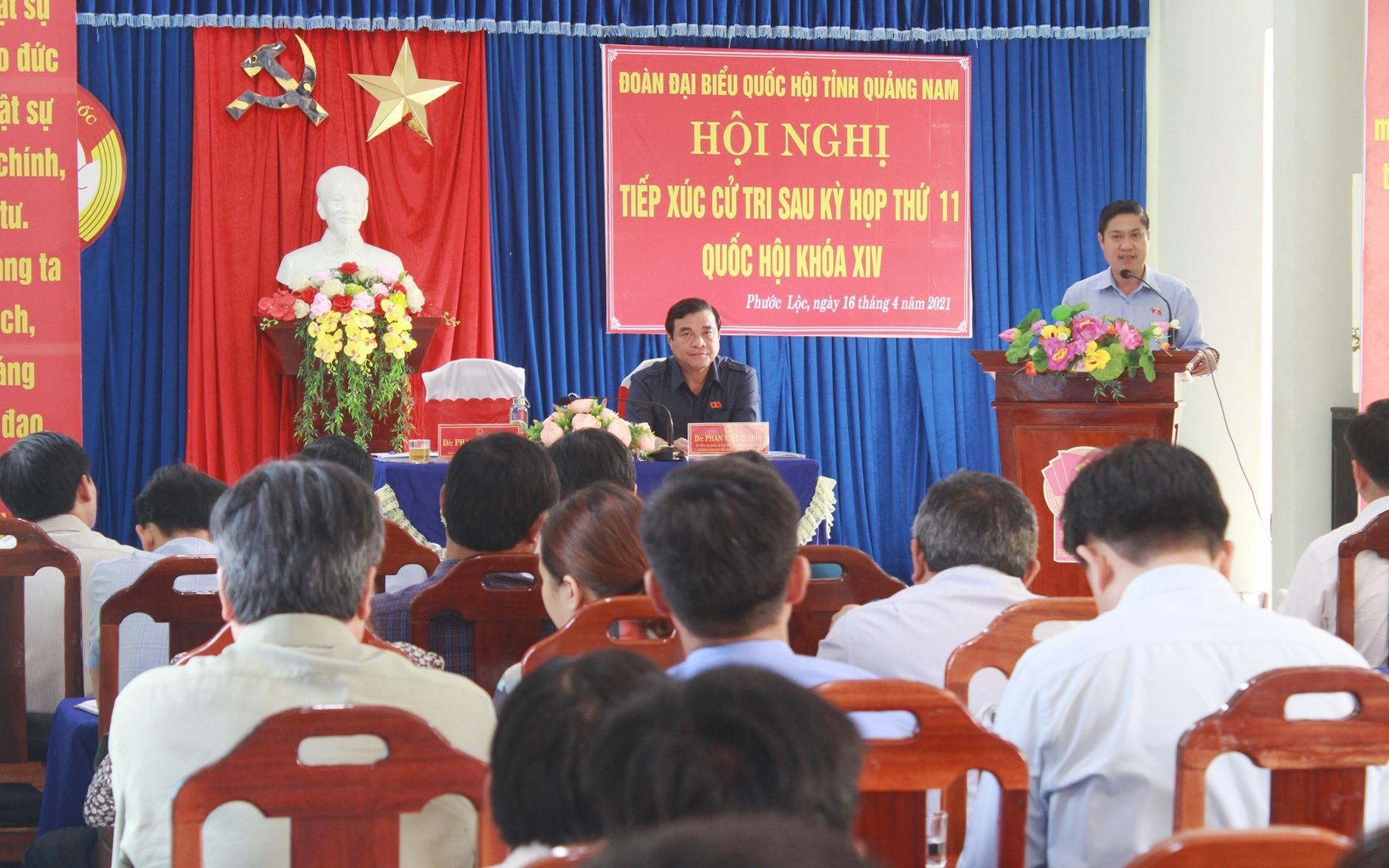 Đồng chí Phan Thái Bình thông tin tình hình hoạt động của đoàn Đại biểu Quốc hội tỉnh cho đông đảo cử tri xã Phước Lộc. Ảnh: T.C