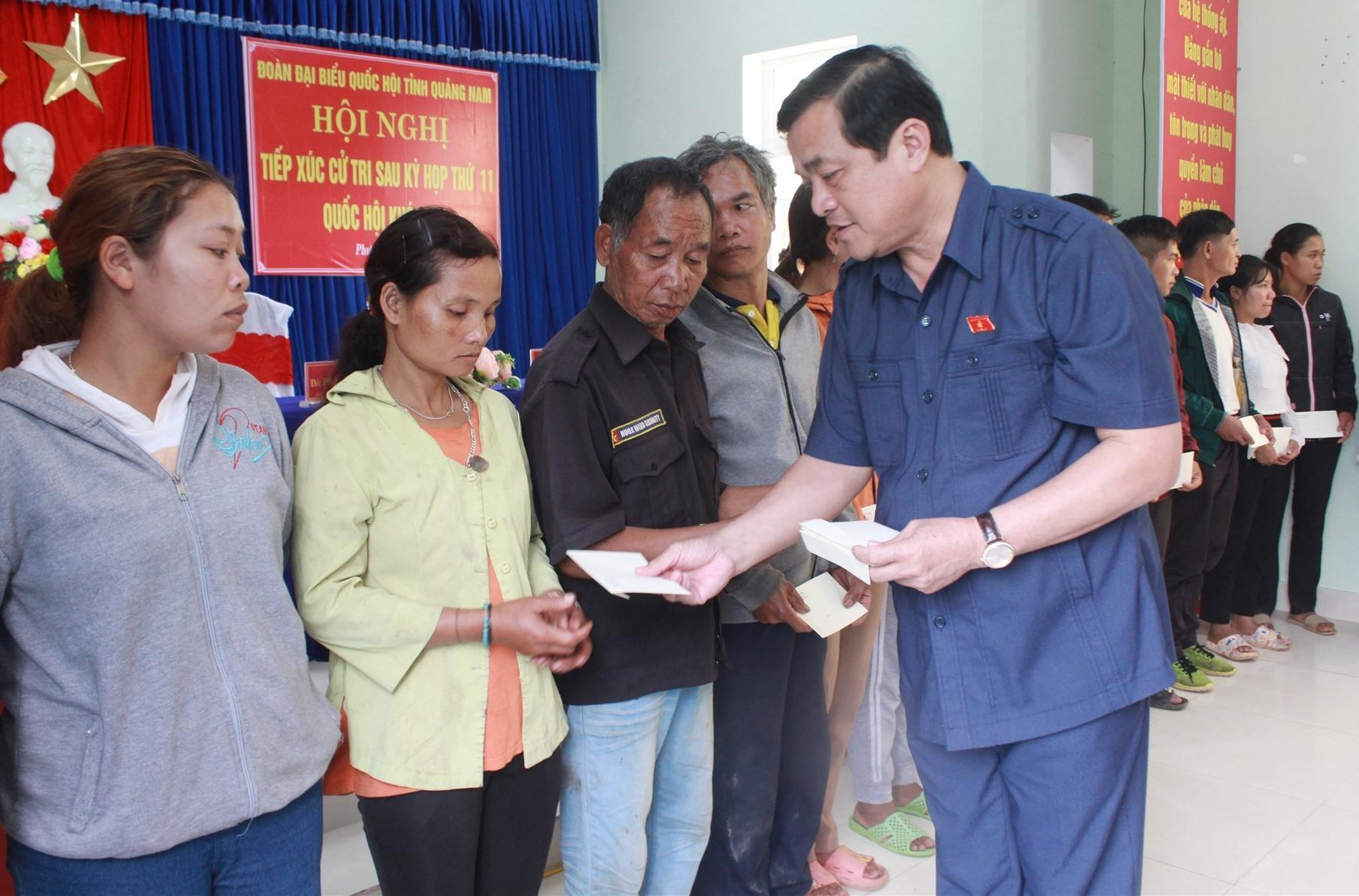 Bí thư Tỉnh ủy Phan Việt Cường tặng quà cho những hộ dân bị thiệt hại nặng do thiên tai ở xã Phước Lộc. Ảnh: T.C