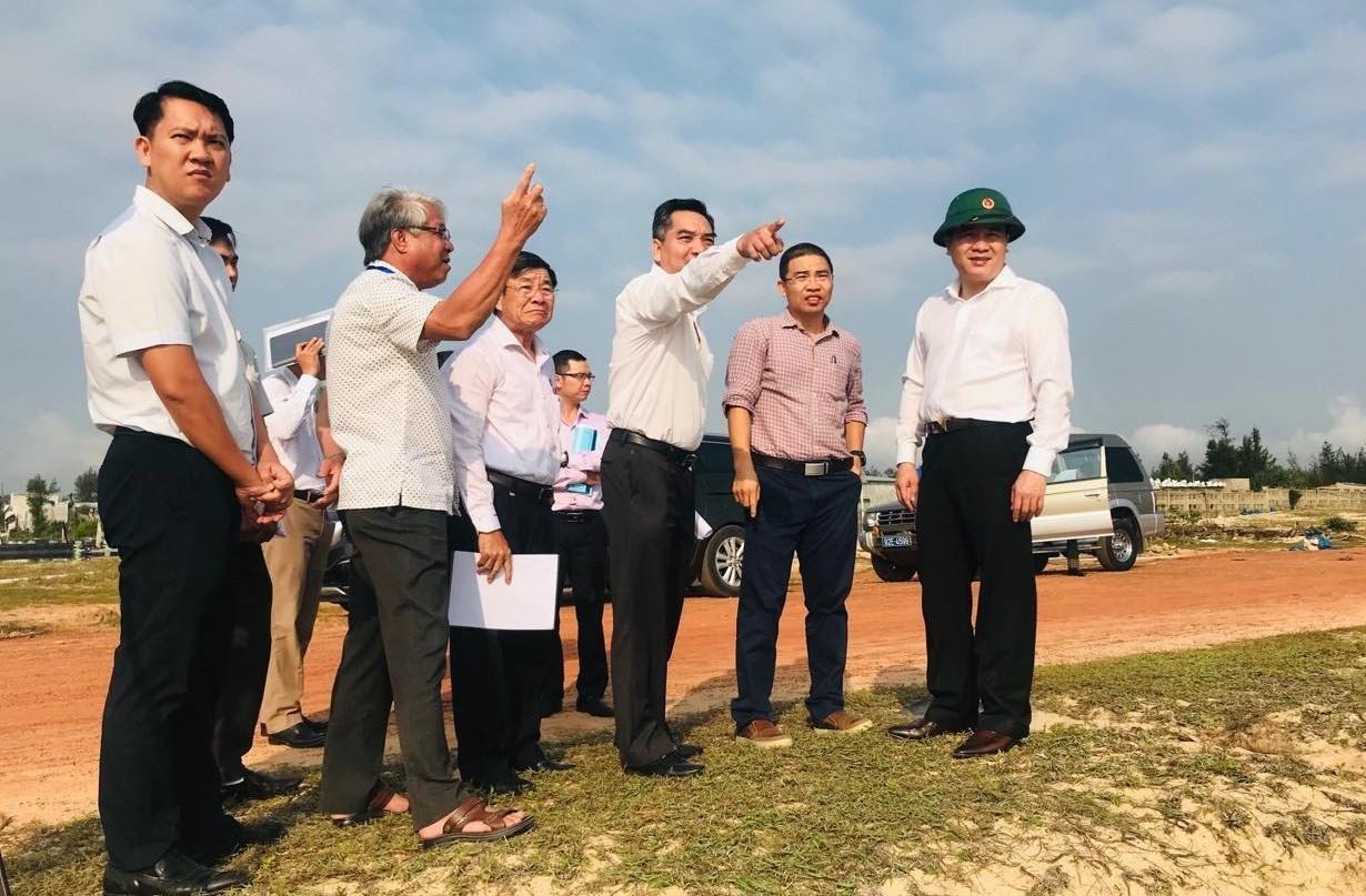 Phó Chủ tịch UBND tỉnh Trần Văn Tân khảo sát thực tế vị trí sẽ triển khai dự án Sol by Melia Nam Hội An. Ảnh: Q.T