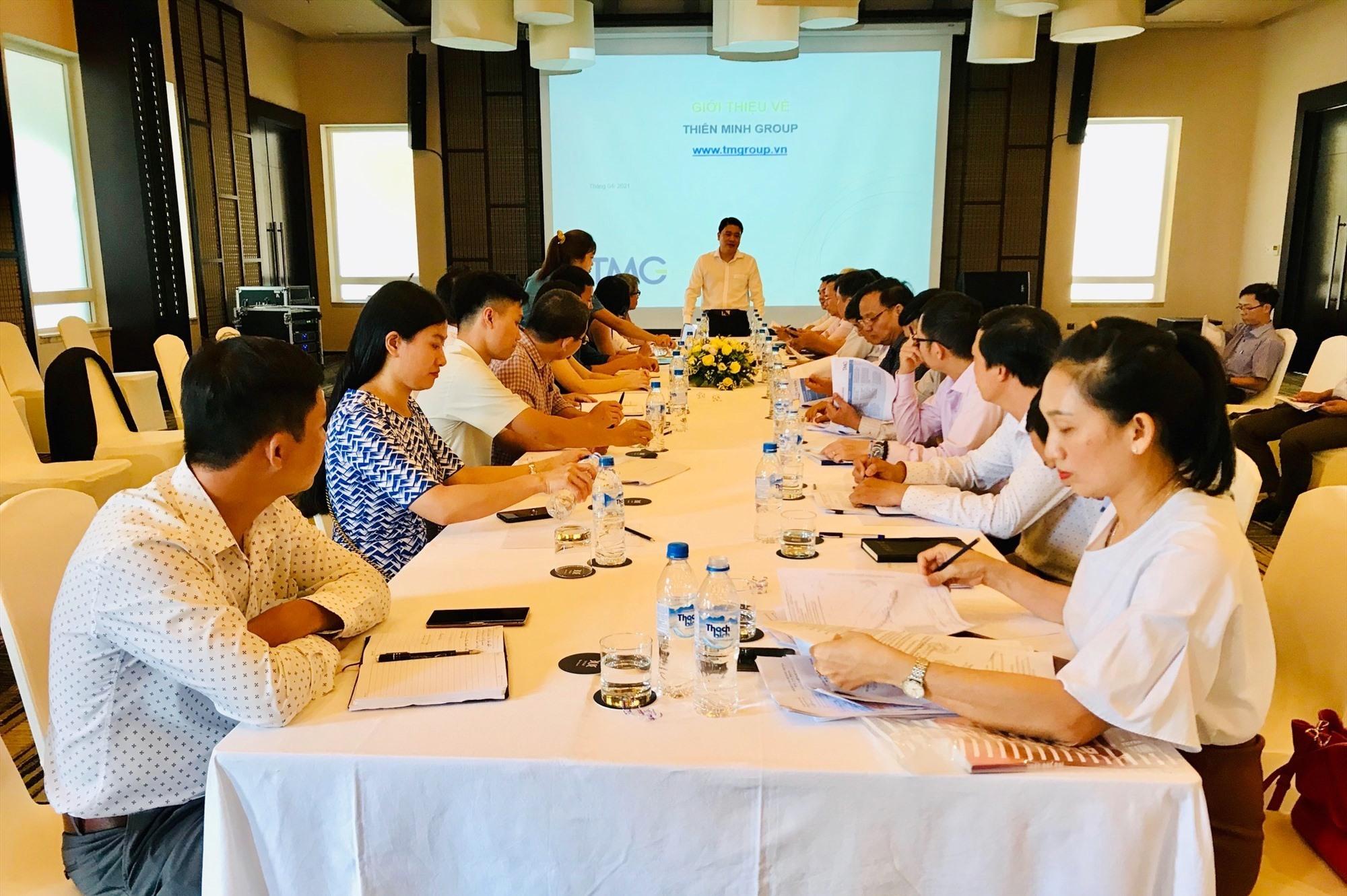 Phó Chủ tịch UBND tỉnh Trần Văn Tân đề nghị chủ đầu tư và chính quyền địa phương cần tích cực phối hợp hơn nữa để tháo gỡ các vướng mắc. Ảnh: Q.T