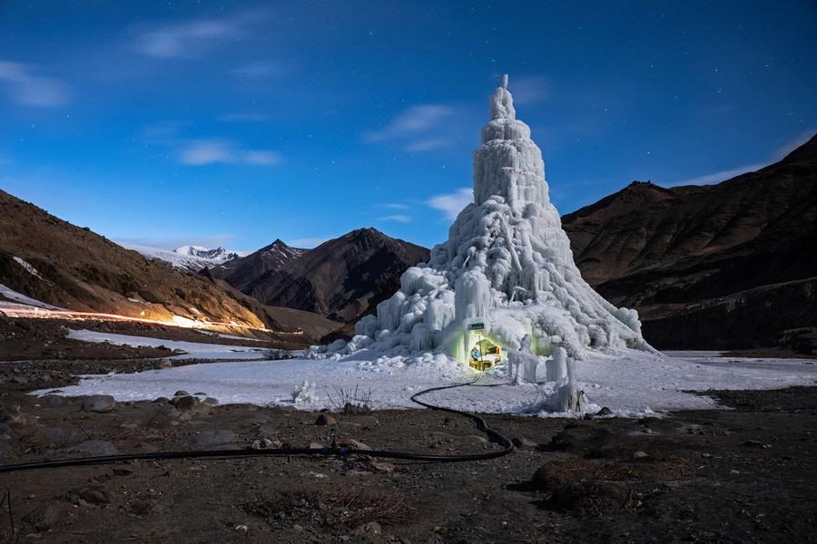 """Ông Sonam Wangchuk, một kỹ sư cơ khí người Ấn Độ tạo ra một tháp băng nhân tạo khổng lồ giữa sa mạc lạnh khắc nghiệt để cung cấp nước cho người dân khu vực vốn luôn trong tình trạng """"khát nước"""". Ảnh: Ciril Jazbec/Slovenia"""