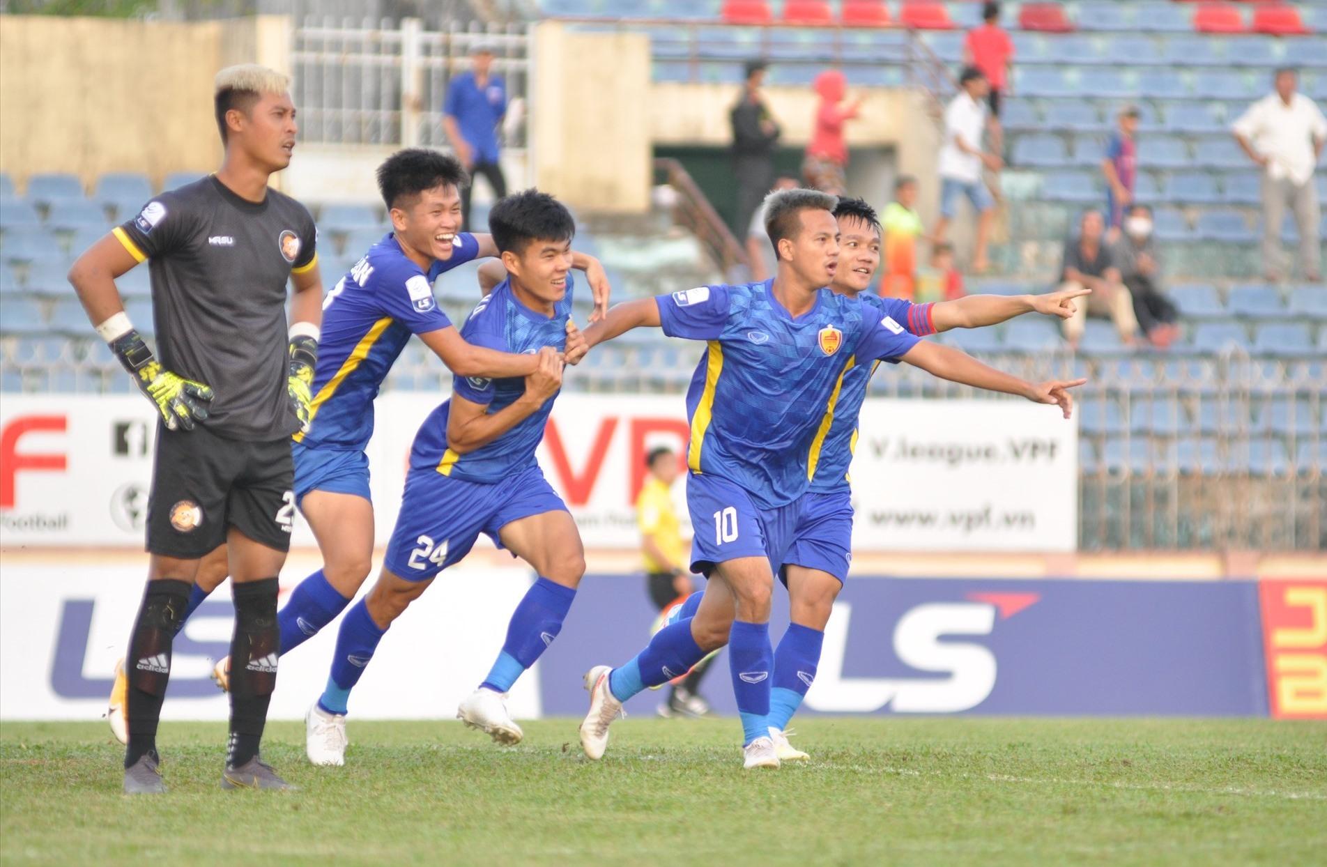 Niềm vui của các cầu thủ Quảng Nam sau khi Văn Ka mở tỷ số. Ảnh: T.VY