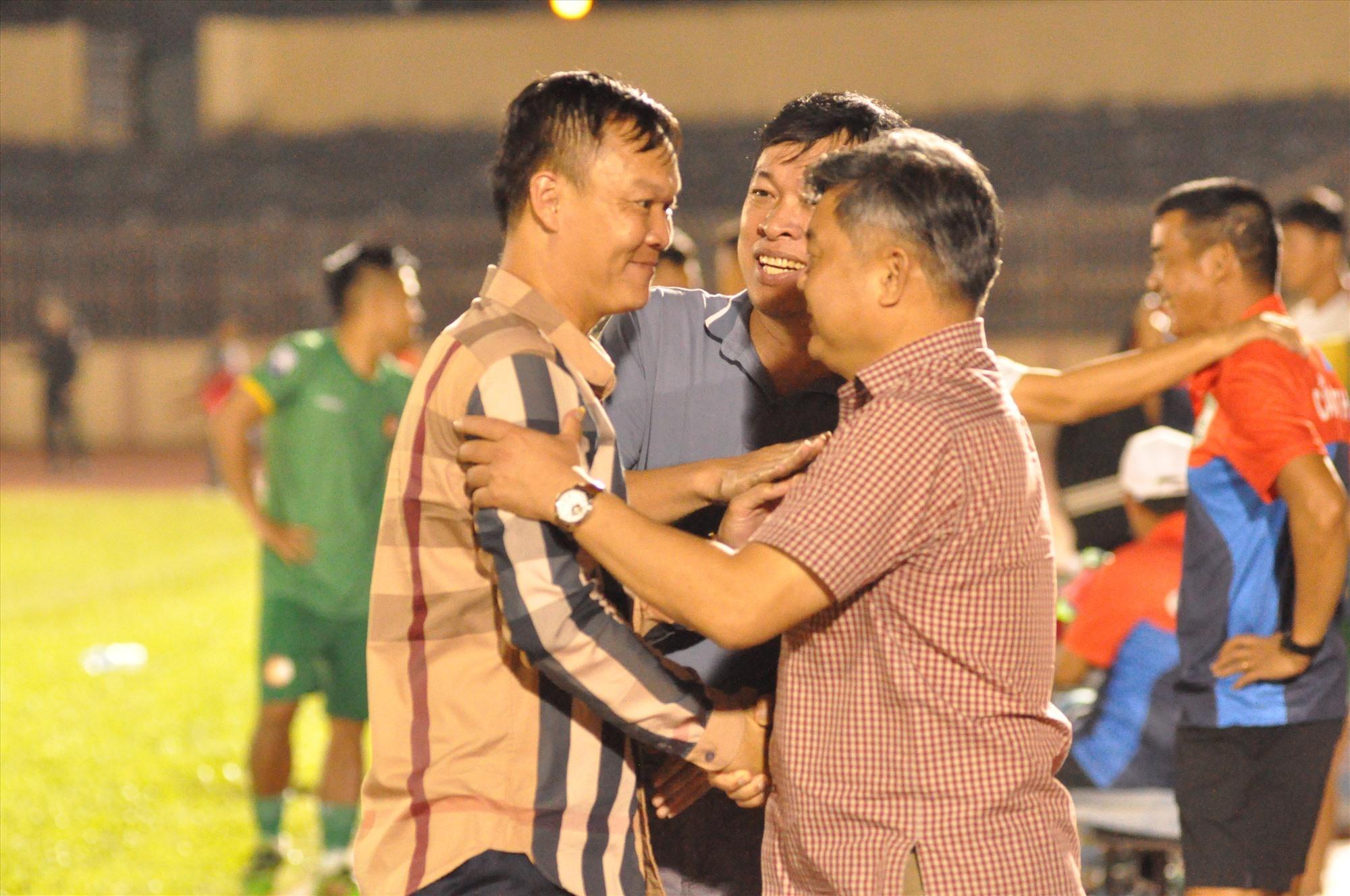 HLV Dương Hồng Sơn nhận lời chúc mừng từ lãnh đạo Sở VH-TT&DL sau chiến thắng Cần Thơ. Ảnh: T.VY