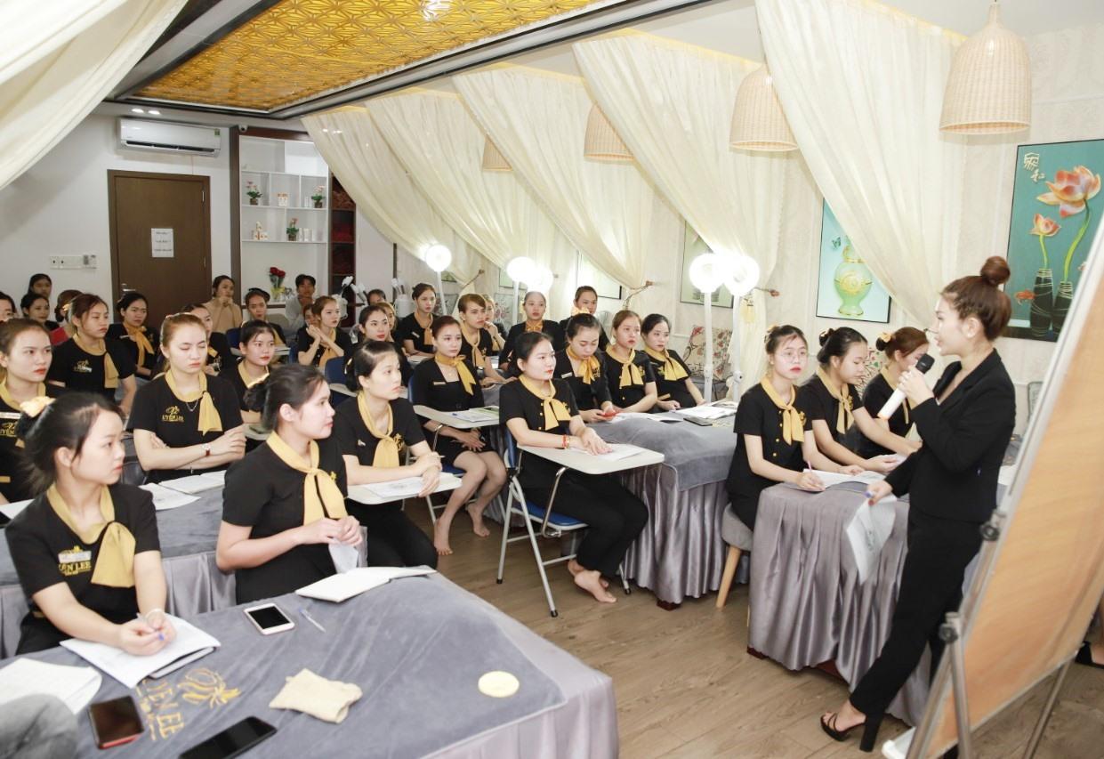Đào tạo nhân viên chuyên nghiệp là mục tiêu để phát triển Uyên Lee Spa bên cạnh việc tạo dựng niềm tin ở khách hàng. Ảnh: NVCC