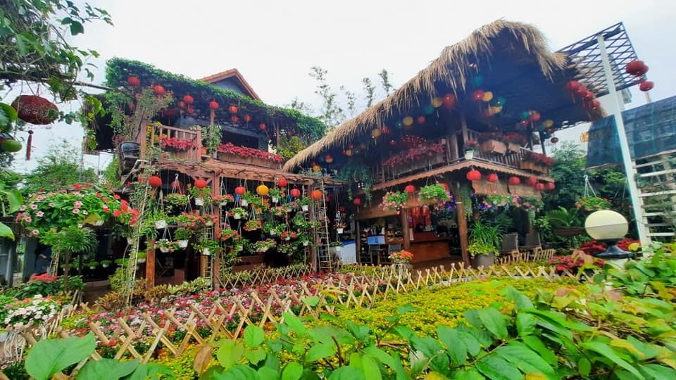 Một góc sân vườn quán cà phê do anh Hưng và các cộng sự của mình thiết kế và thi công hoàn thiện. Ảnh: V.H