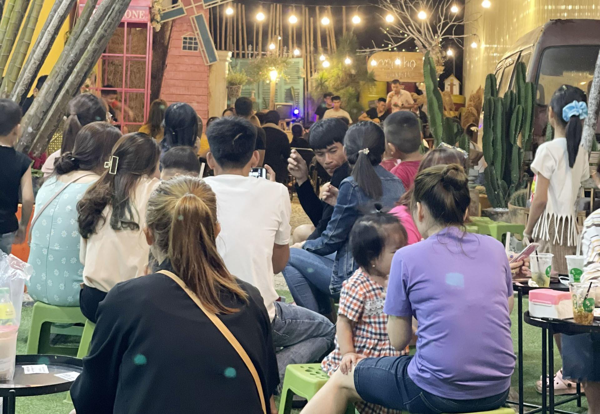Bạn trẻ thưởng thức cà phê và nhạc Acoustic tại quán Mr. Thọ. Ảnh: H.B