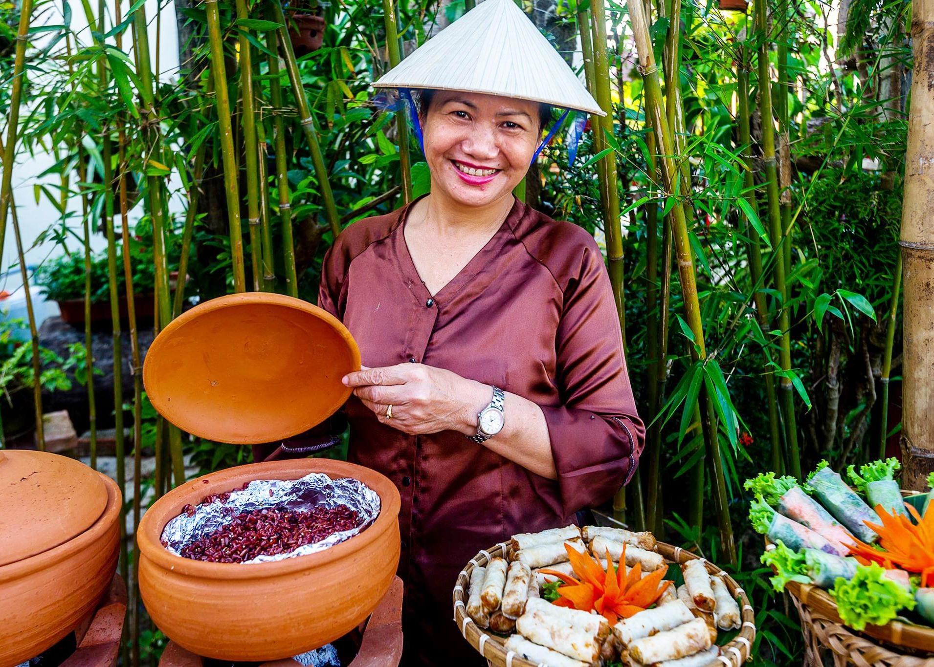 Các bữa tiệc buffet tại nhà hàng chay đều mang đậm phong cách làng quê Việt xưa, tạo sự gần gũi cho thực khách.