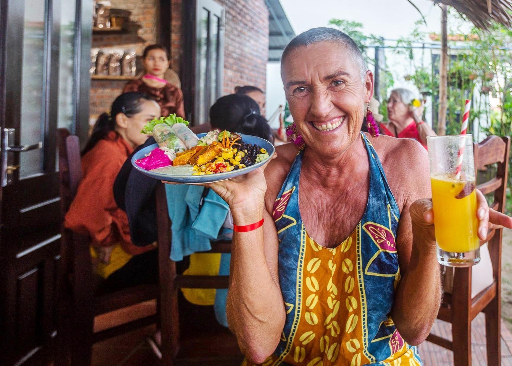 Du khách nước ngoài thưởng thức món chay tại.