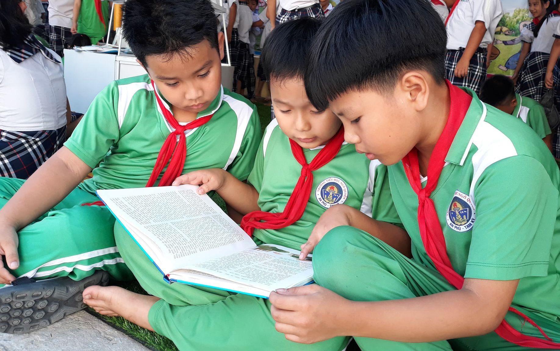 Học sinh Trường Tiểu học Ngô Quyền đọc sách tại thư viện cộng trường đó em