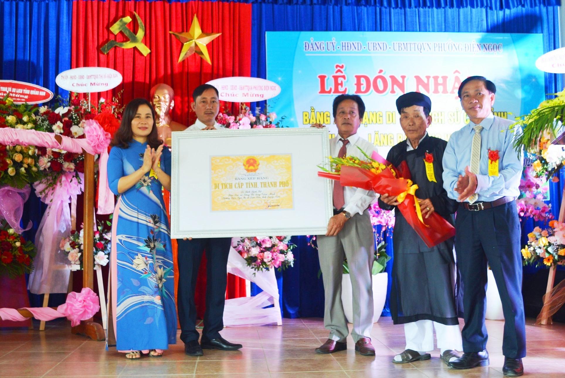 Lãnh đạo phưởng Điện Ngọc đón nhận Bằng di tích lịch sử Bàu Sen - Lăng Bà Viêm Minh