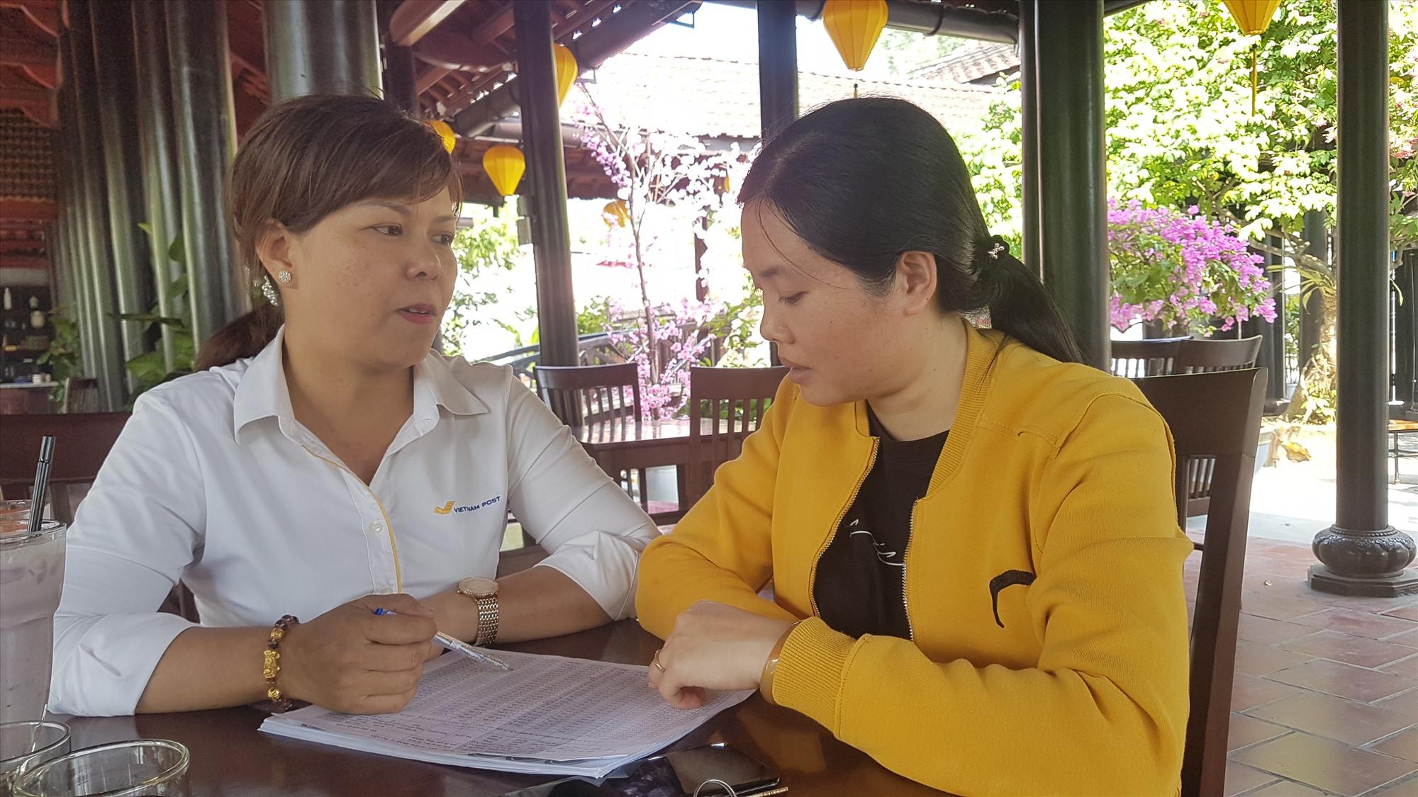 Chị Nguyễn Thị Quỳnh Thu (bìa phải) đã tham gia chính sách BHXH tự nguyện sau khi hiểu rõ về chính sách từ sự tuyên truyền của đại lý thu Bưu điện. Ảnh: D.L