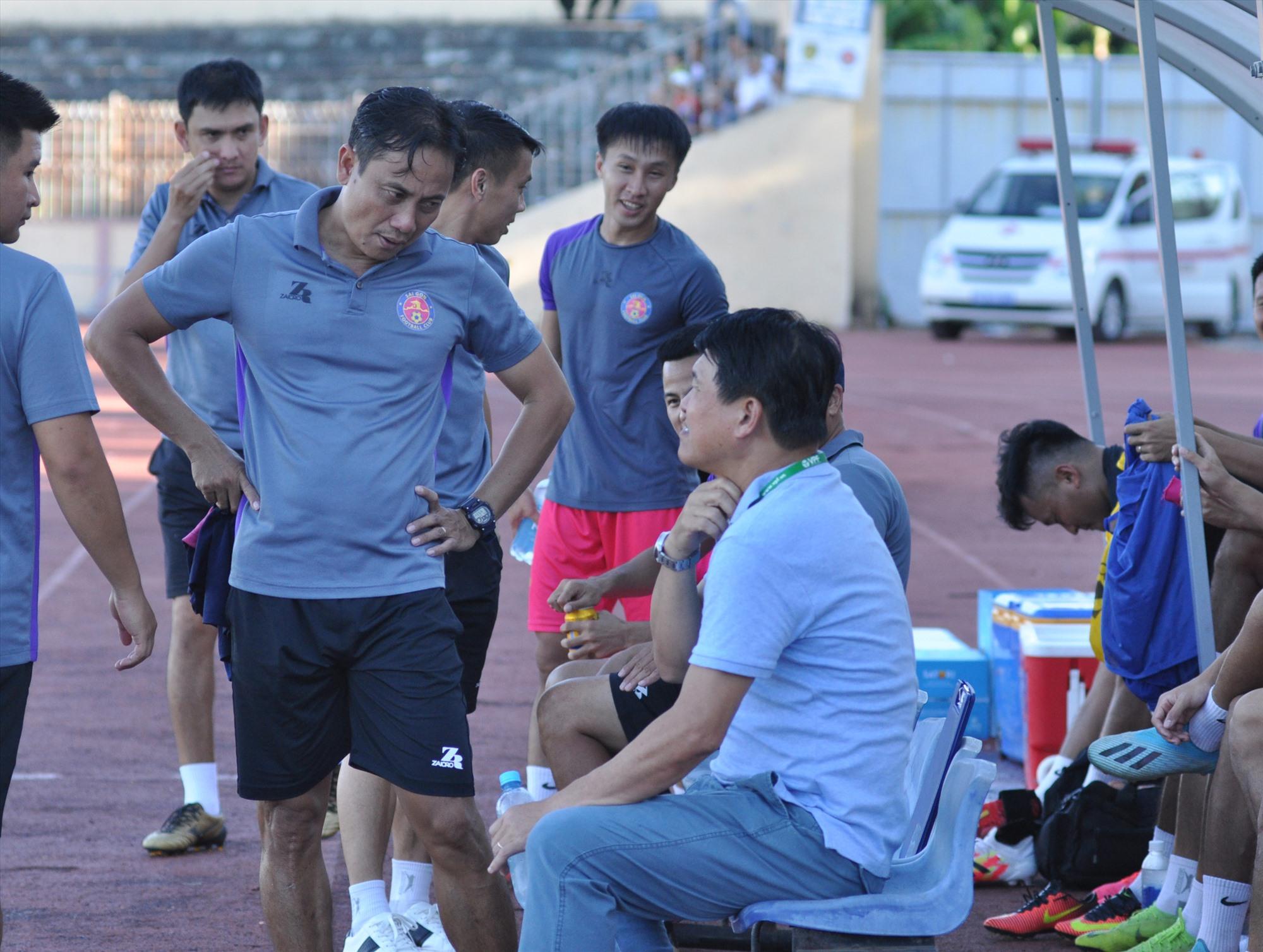 Trợ lý Phùng Thanh Phương (người đứng trò chuyện với HLV Vũ Tiến Thành) lên làm HLV trưởng Sài Gòn kể từ vòng đấu thứ 7. Ảnh: T.VY