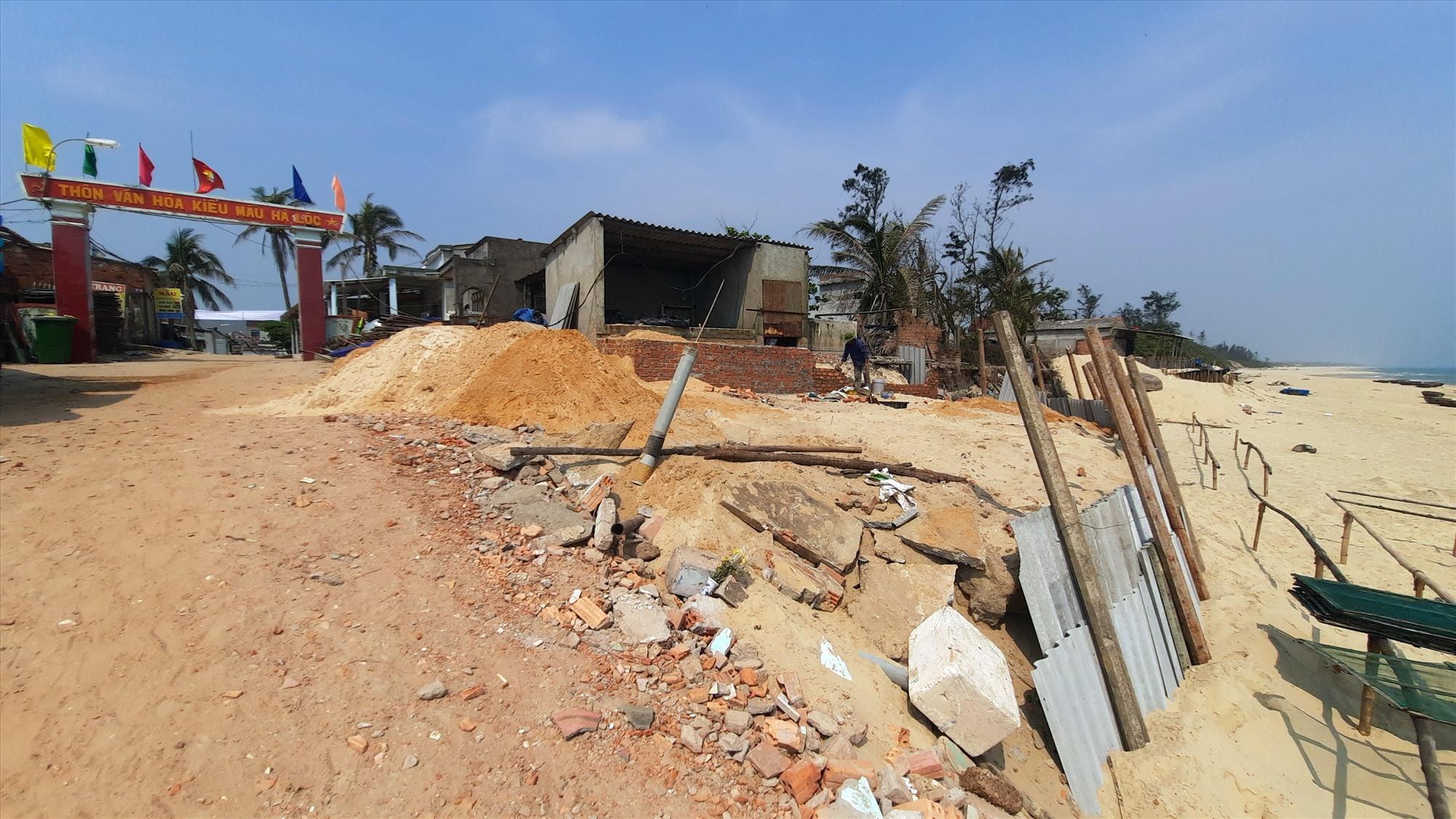 Theo Phó Chủ tịch UBND xã Tam Tiến Nguyễn Xuân Uy, sạt lở trước kia đã có xảy ra ở thôn Hà Lộc nhưng mức độ nghiêm trọng là sau các cơn bão của năm 2020.