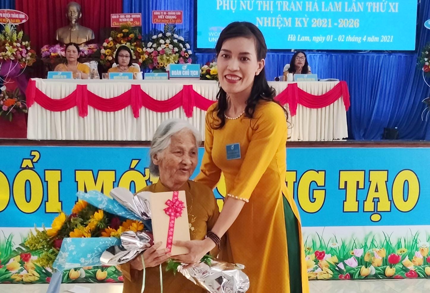 Hội LHPN thị trấn Hà Lam tặng quà cho mẹ Việt Nam anh hùng.