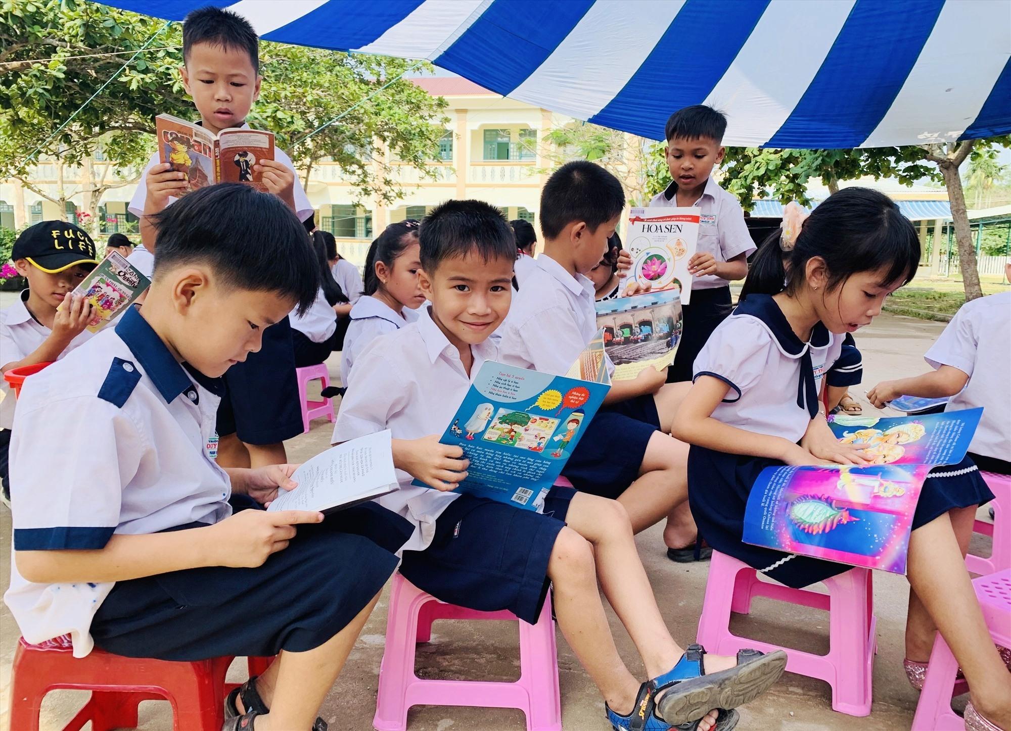 Nhiều học sinh háo hức chọn những cuốn sách mới. Ảnh: T.P