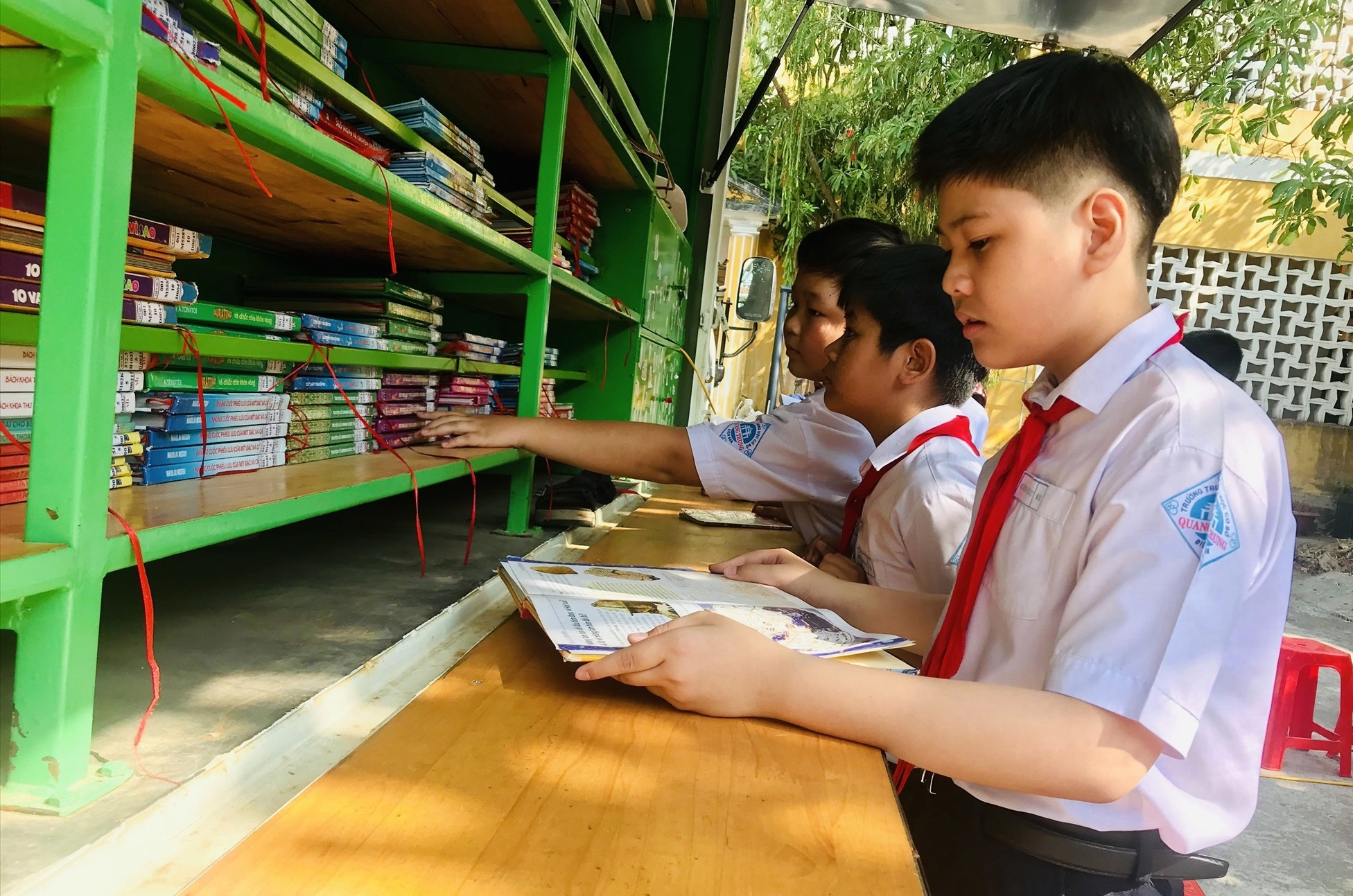 Học sinh đọc sách tại ngày hội. Ảnh: Q.T