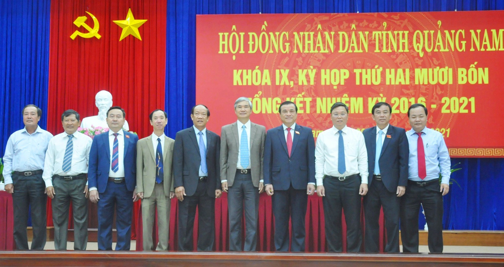 Các đại biểu dự Kỳ họp thứ 24 chụp hình lưu niệm với các đồng chí Thường trực HĐND tỉnh khóa IX. Ảnh: N.Đ