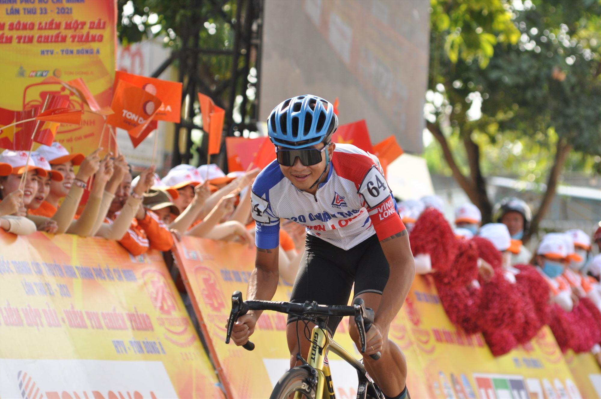 Thời tiết nắng nóng song nhận được sự động viên của người hâm mộ dọc đường giúp cho các tay đua thi đâu hết mình. Ảnh: T.VY