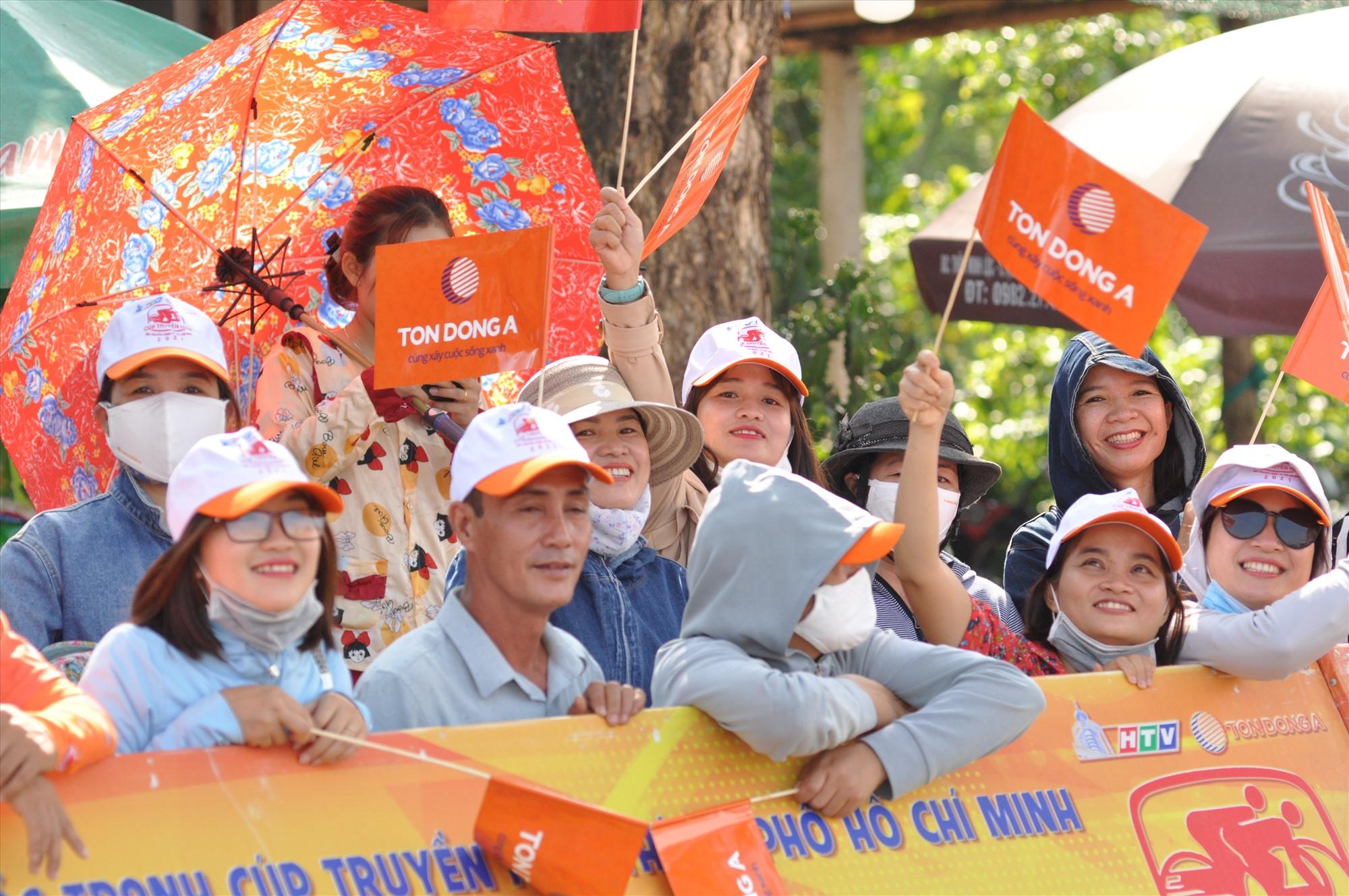 Sự cổ vũ cuồng nhiệt của người hâm mộ xứ Quảng góp phần làm cho các cuộc tranh tài thêm gay cấn. Ảnh: T.VY