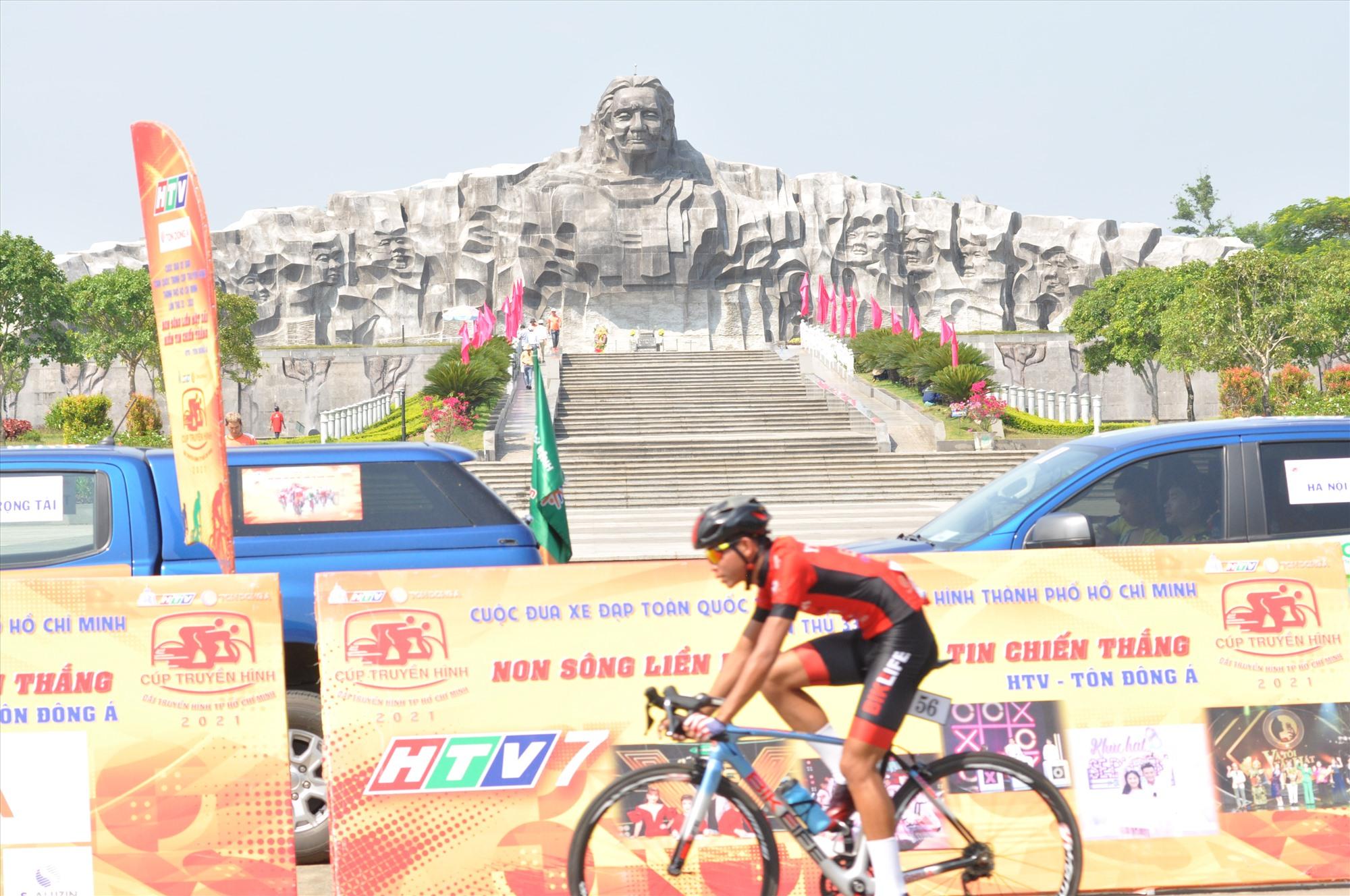 Tổ chức chặng đua trước tượng đài mẹ Việt Nam anh hùng tạo nên ý nghĩa sâu sắc cho cuộc đua năm nay. Ảnh: T.VY