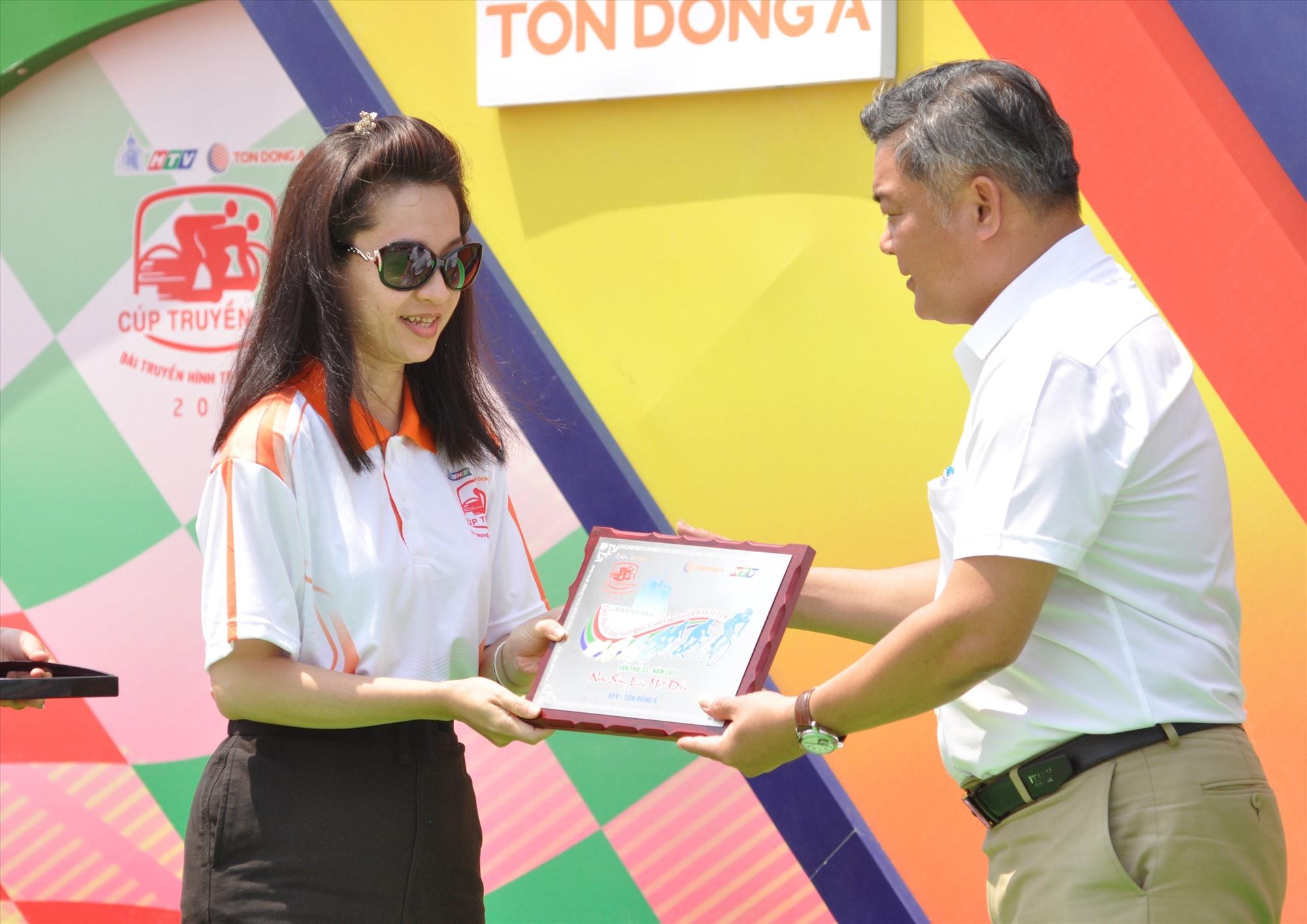 Ban tổ chức cuộc đua tặng quà kỷ niệm tri ân sự quan tâm của tỉnh Quảng Nam luôn tạo điều kiện tốt nhất cho cuộc đua diễn ra thành công. Ảnh: T.VY