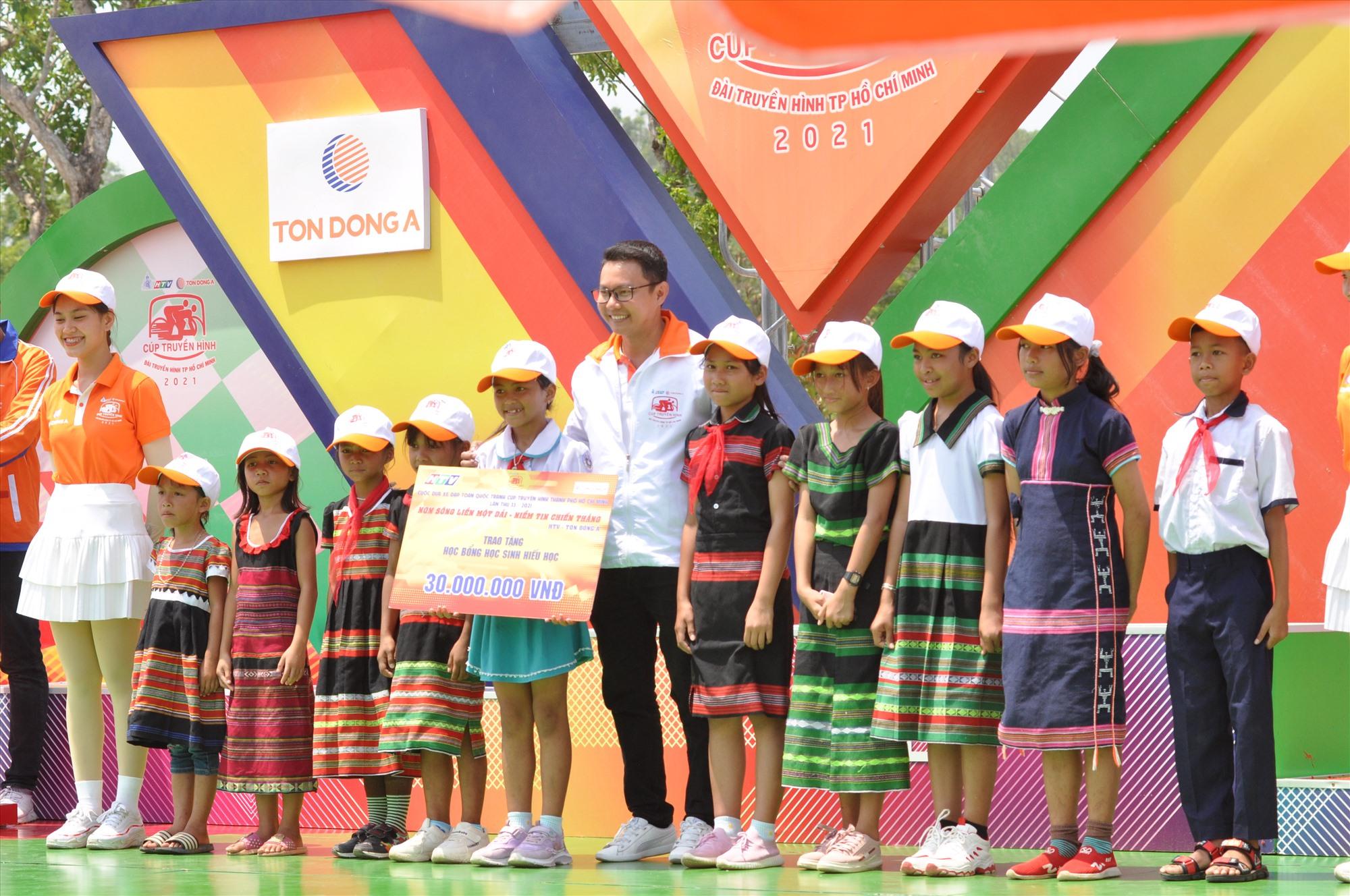 Ban tổ chức cuộc đua trao tặng 20 triệu đồng học bổng cho học sinh huyện Tây Giang. Ảnh: T.VY