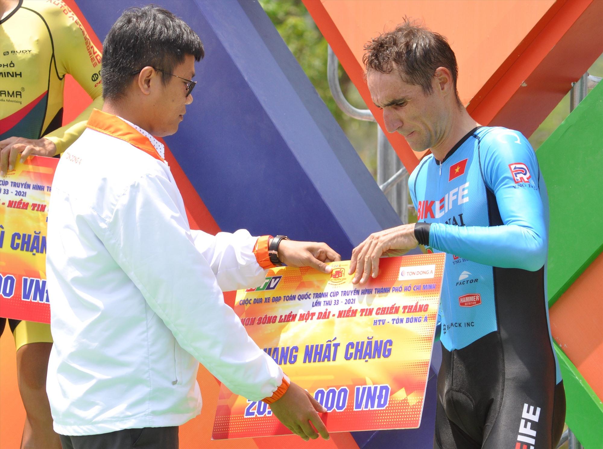 Tay đua Loic Desrias nhận giải nhất chặng 14. Ảnh: T.VY